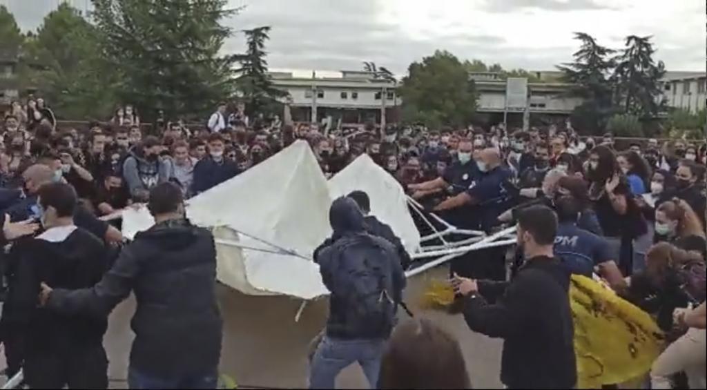 Independentistas atacan la carpa de la asociación S'ha acabat.