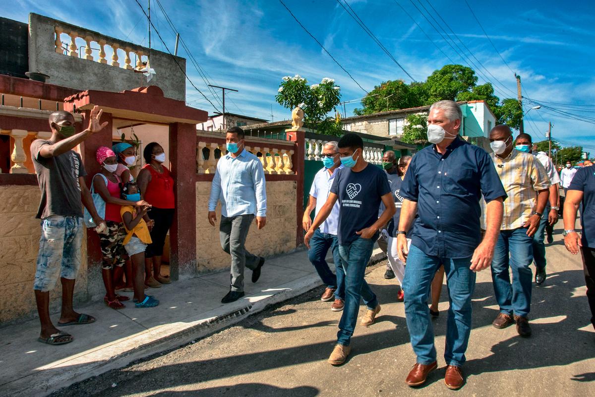 Díaz-Canel recorre barrios marginales de La Habana.