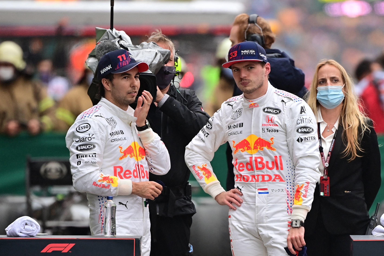 Checo Pérez (izda), junto a Max Verstappen.