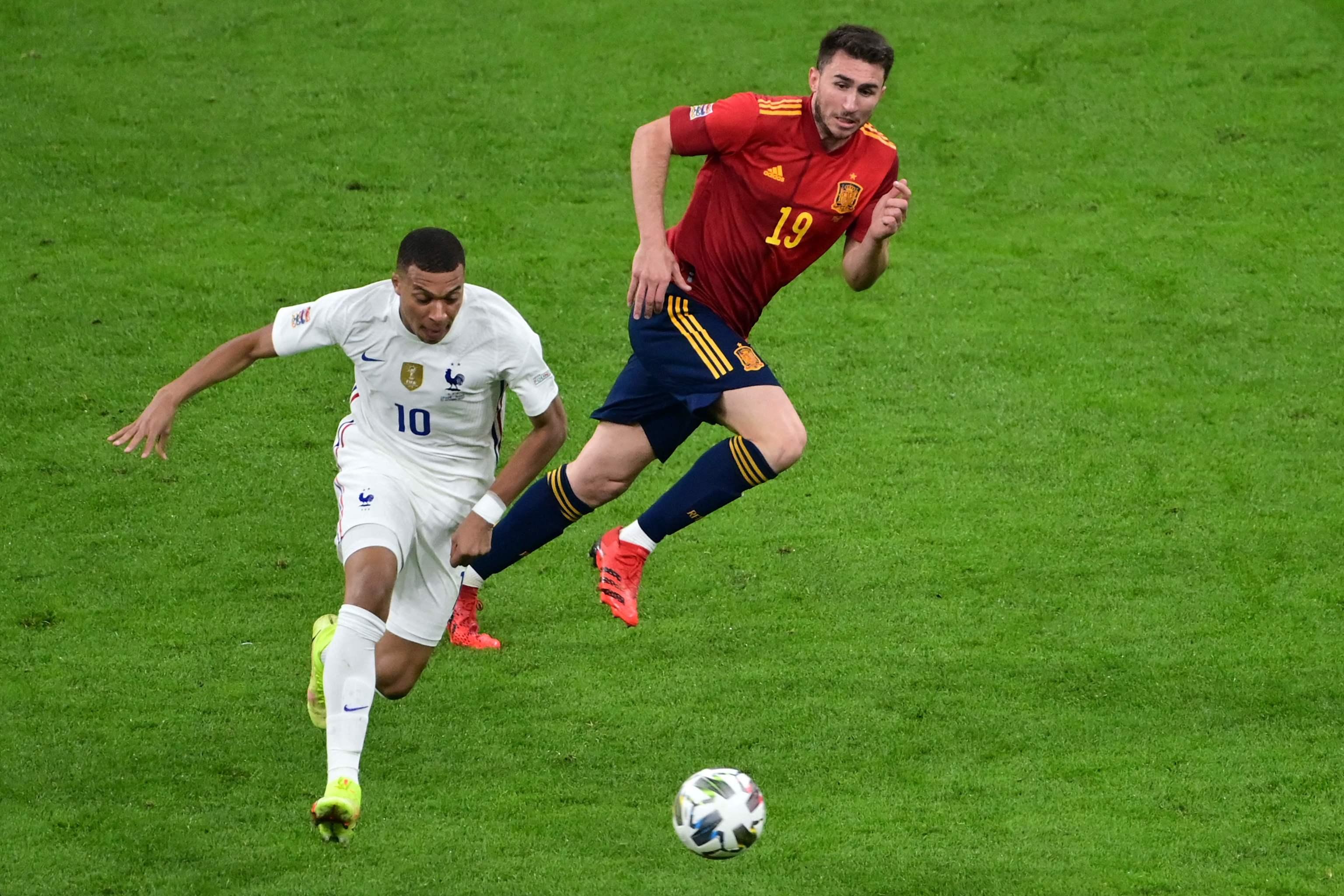 Mbappé arranca con el balón delante de Laporte.