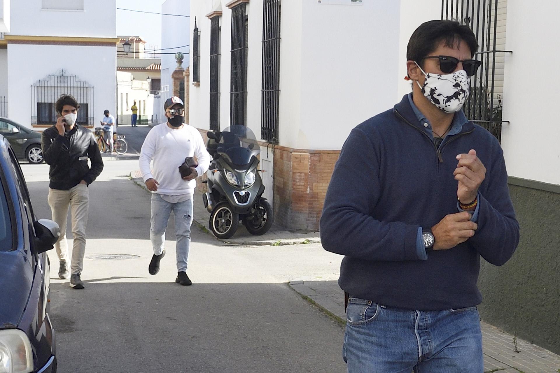 Fran Rivera, en primer plano, seguido de sus hermanos Cayetano y Kiko.