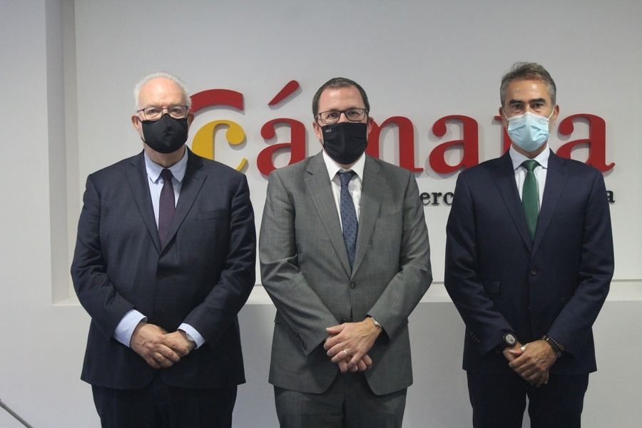 Raül Blanco, en el centro, junto a directivos de la Cámara de Comercio de España.