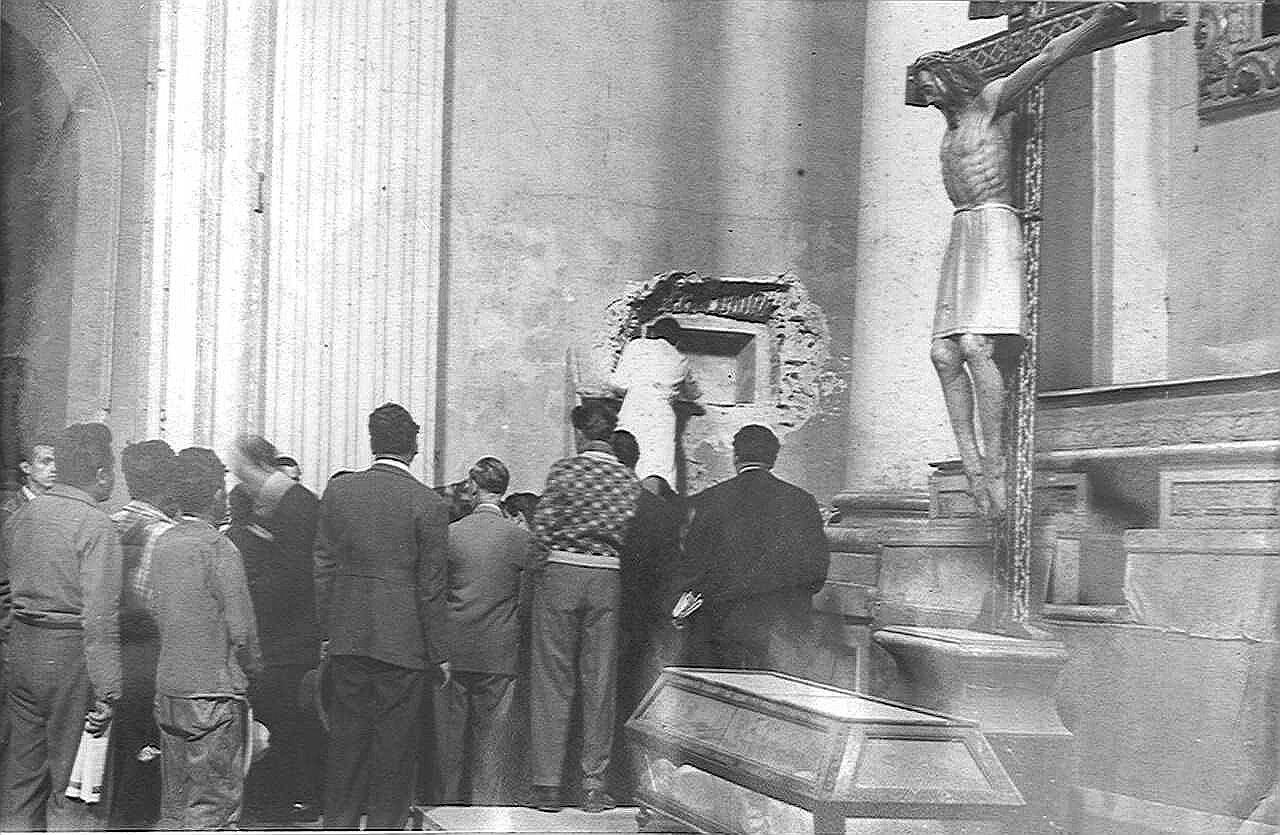 Exhumación de los restos de Hernán Cortés en México en los años 40.