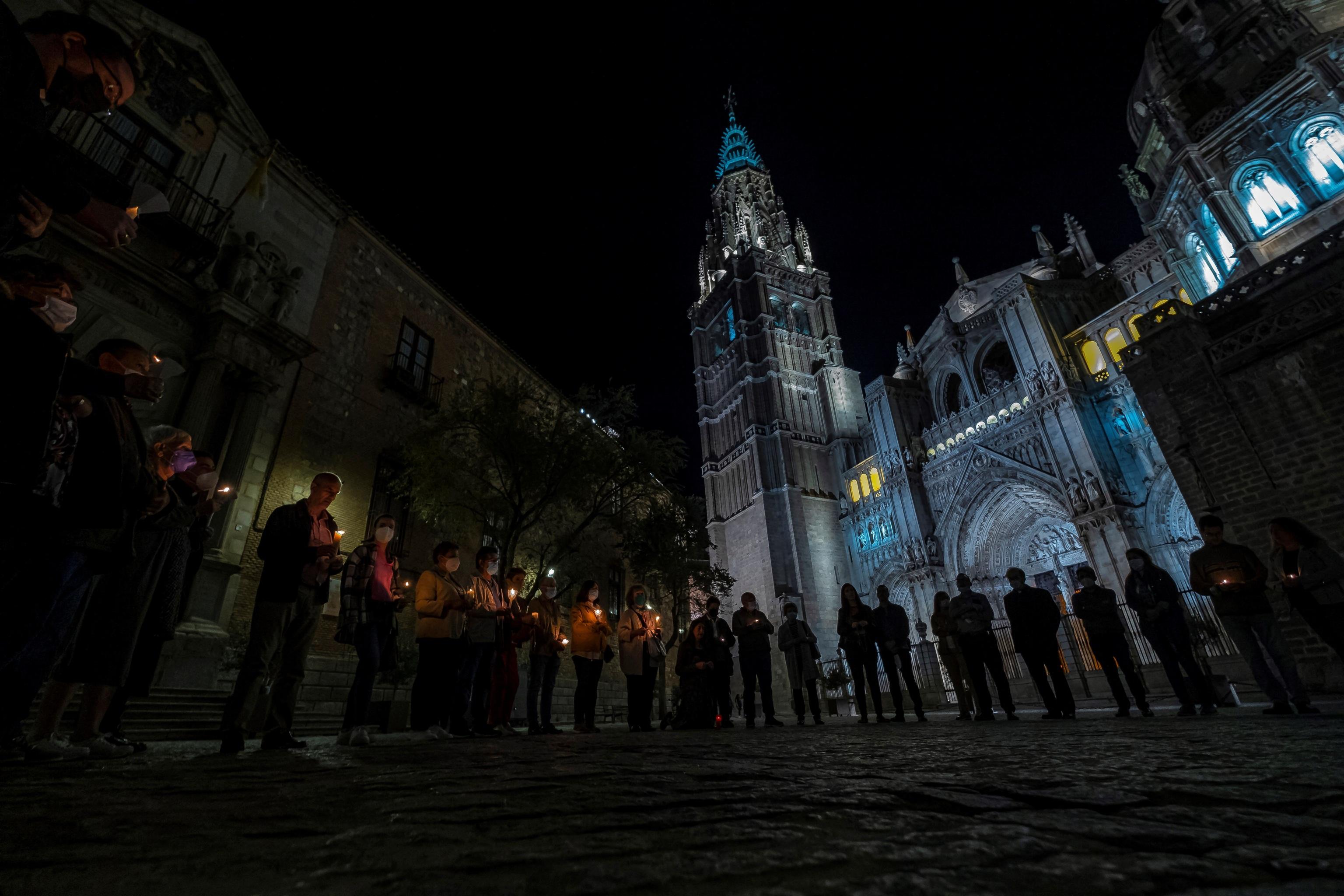 Un grupo de feligreses, frente a la Catedral de Toledo, anoche.