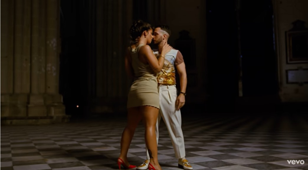 C. Tangana y Nathy Peluso, en su baile sensual filmado en el interior de la Catedral.