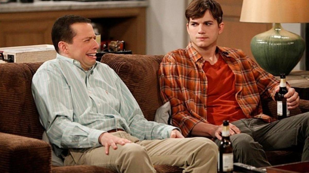 Fotograma de la serie Dos hombres y medio,disponible en Amazon Prime.