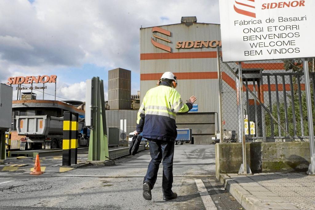 Un operario entra en la fábrica de Sidenor en Basauri