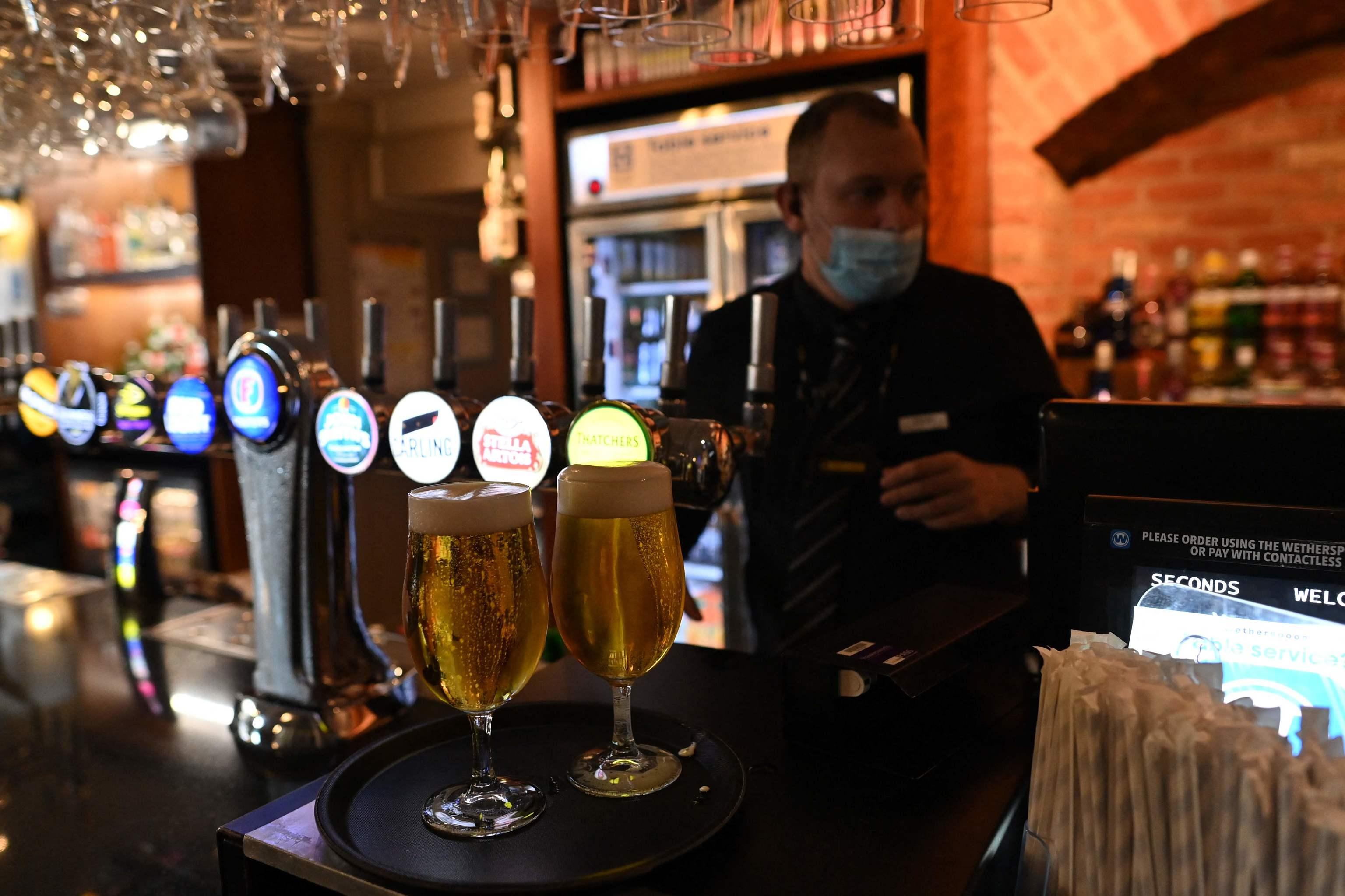 Un camarero prepara un pedido de bebidas.