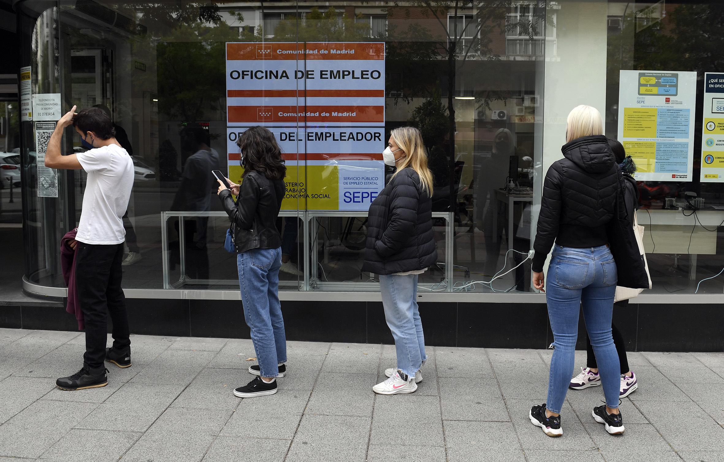 Varias personas hacen cola en una Oficina del Servicio Público de Empleo Estatal