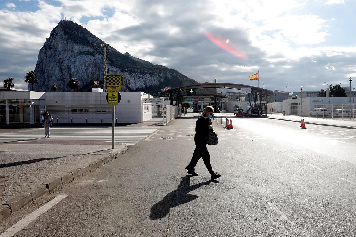 Una mujer cruza frente a la zona de control de Gibraltar.