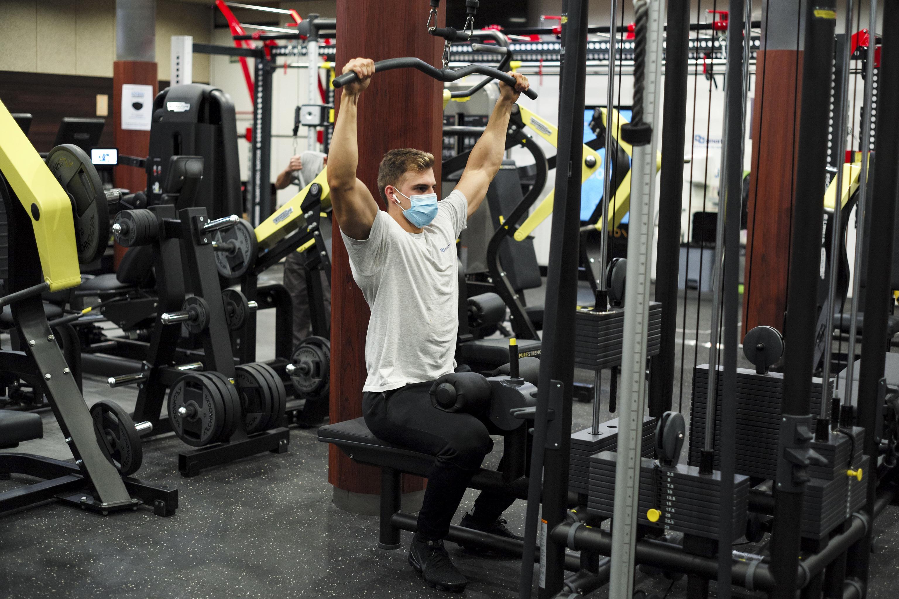 Un hombre entrena en un gimnasio.