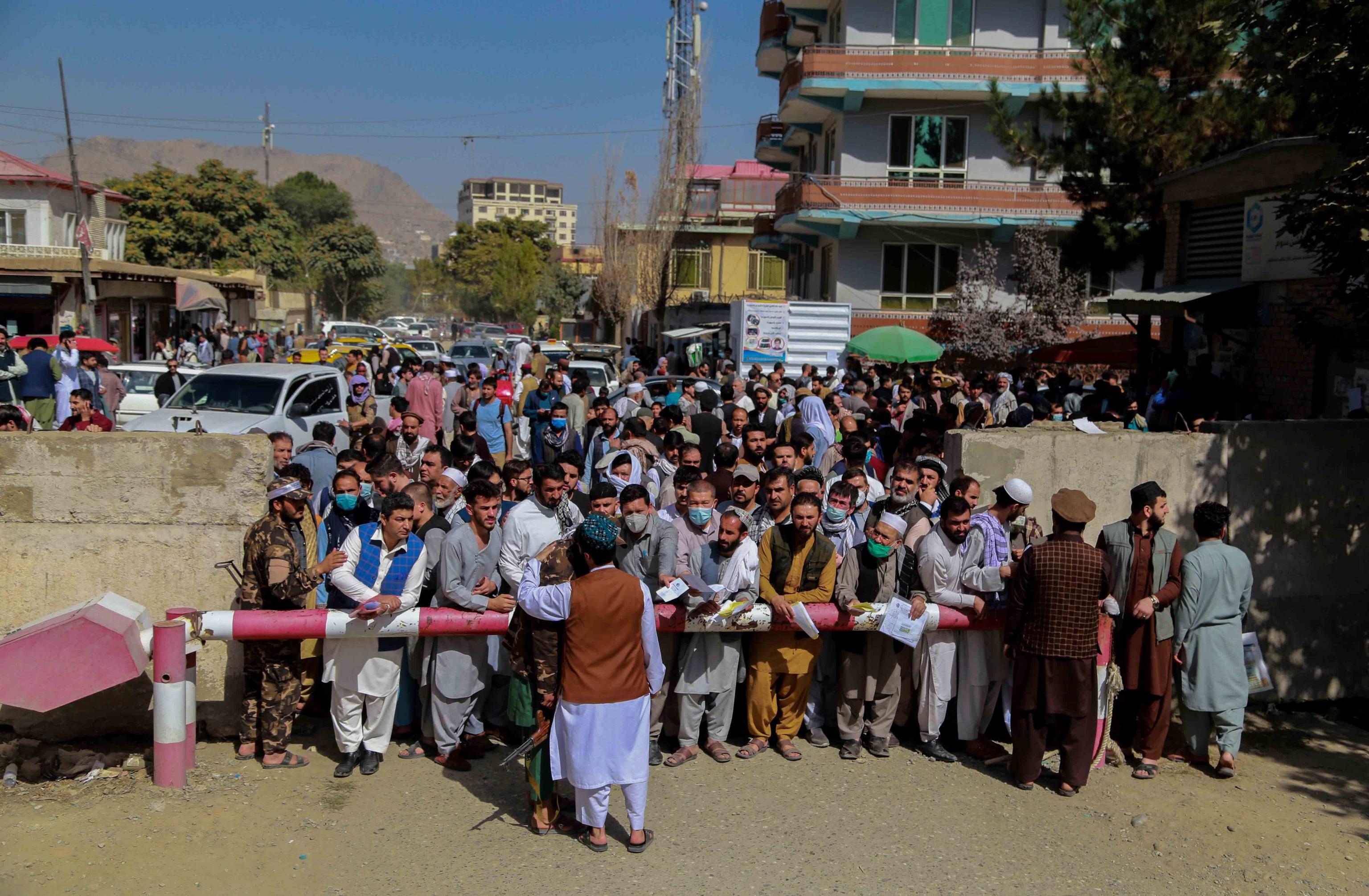 Decenas de afganos tratan de obtener un pasaporte en Kabul.