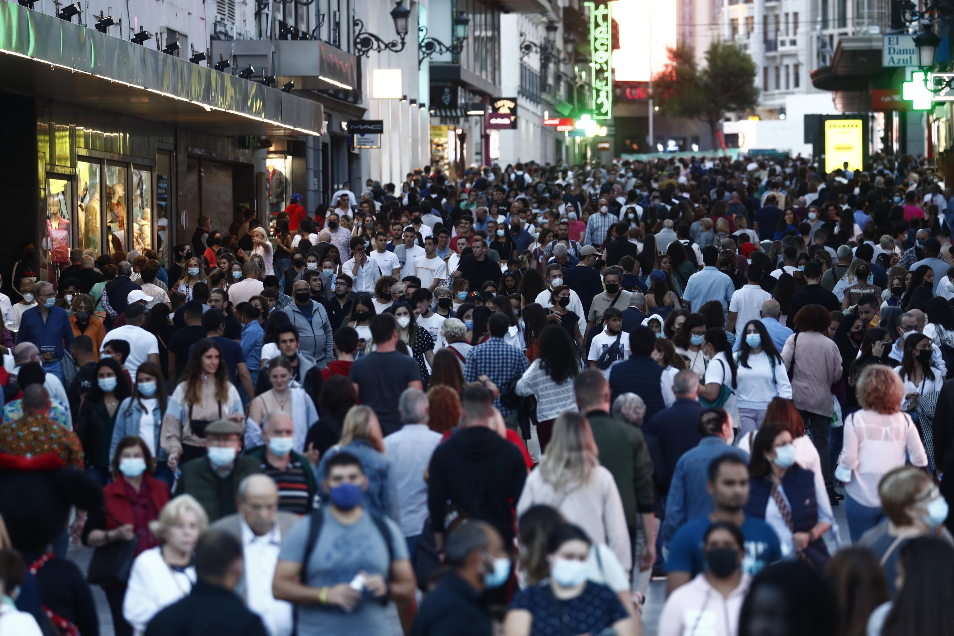 Si el virus se convierte en endémico, necesitaremos tratamientos además de vacunas. En la imagen, calle Preciados en Madrid este sábado de puente del Pilar.
