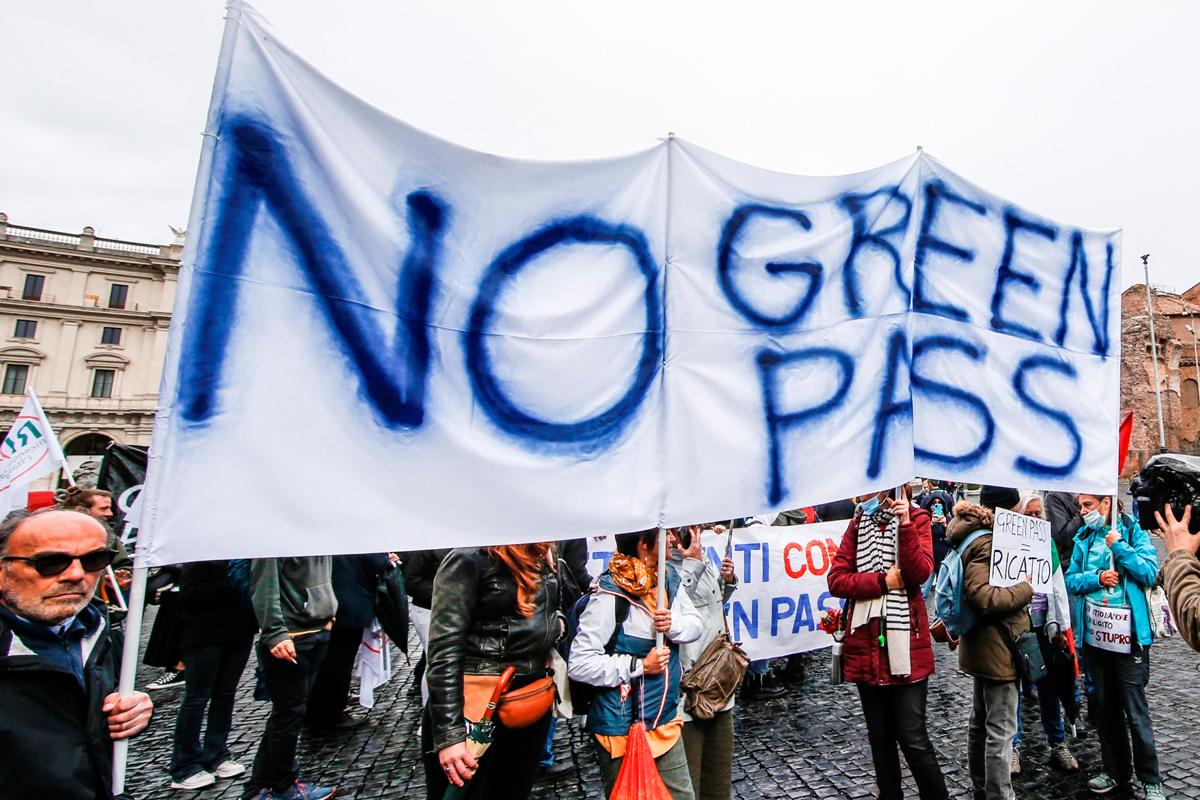 Manifestantes contrarios al pasaporte Covid protestan en Roma.