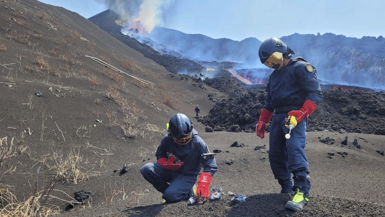 Dos científicos trabajando en La Palma