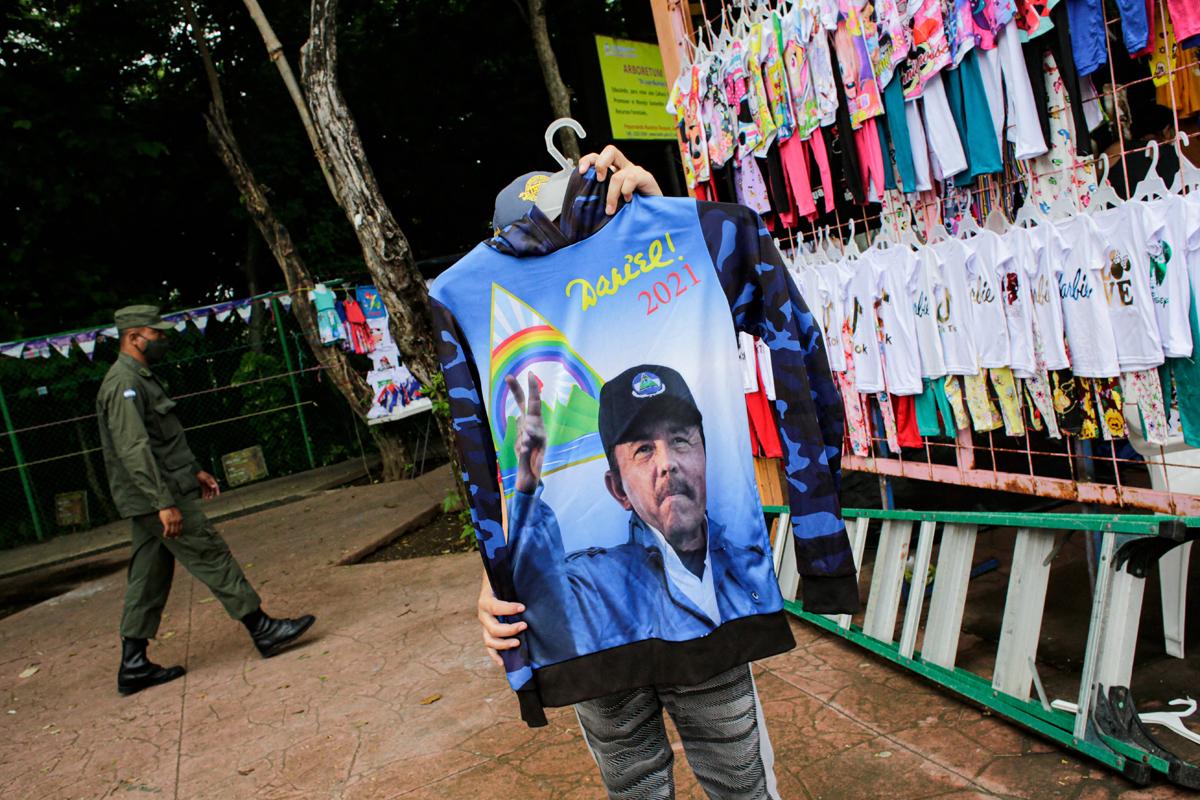 Un niño sujeta una camiseta de Ortega en Managua.