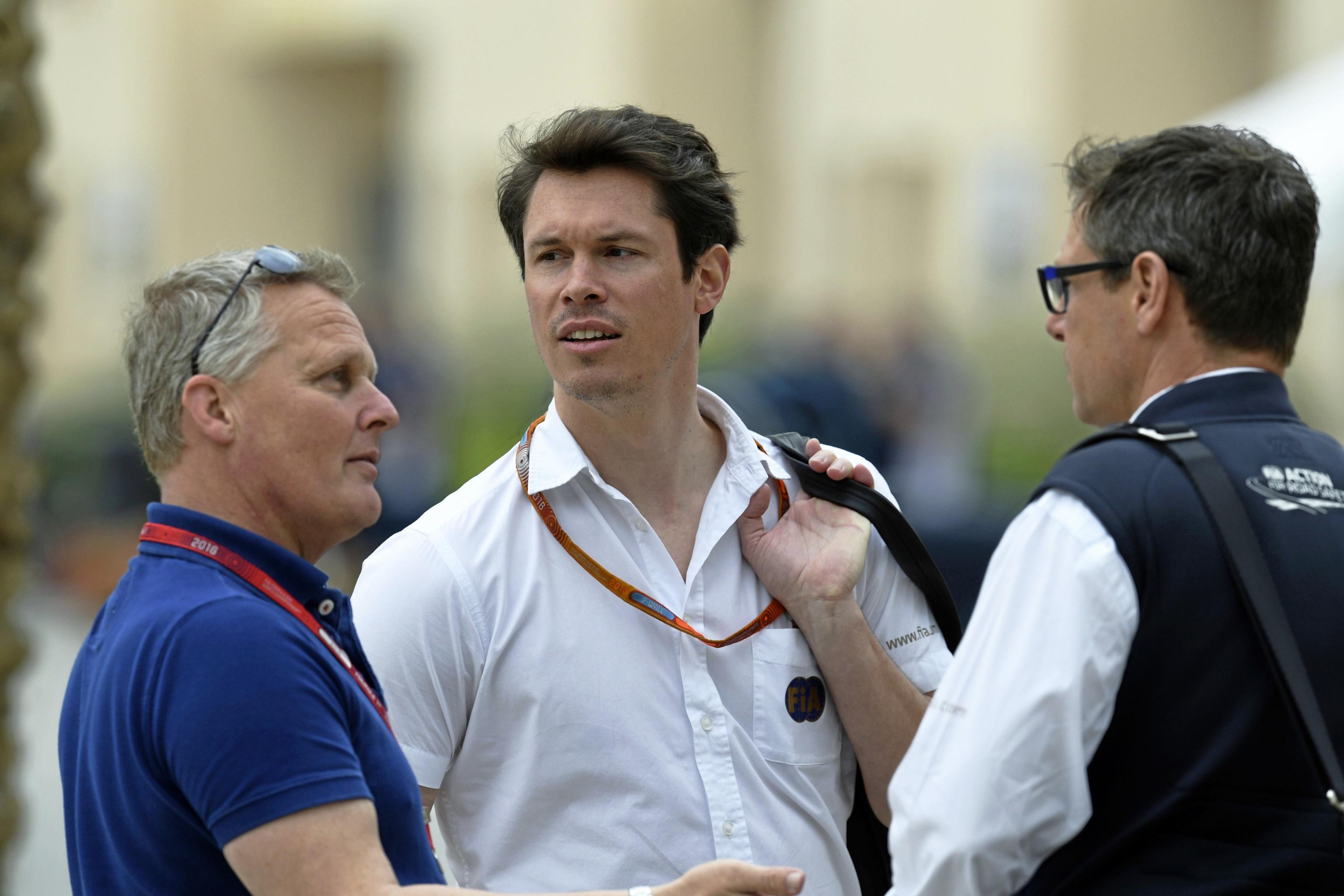 Van der Merwe, en el centro de la imagen, durante el GP de Bahrein de 2016.