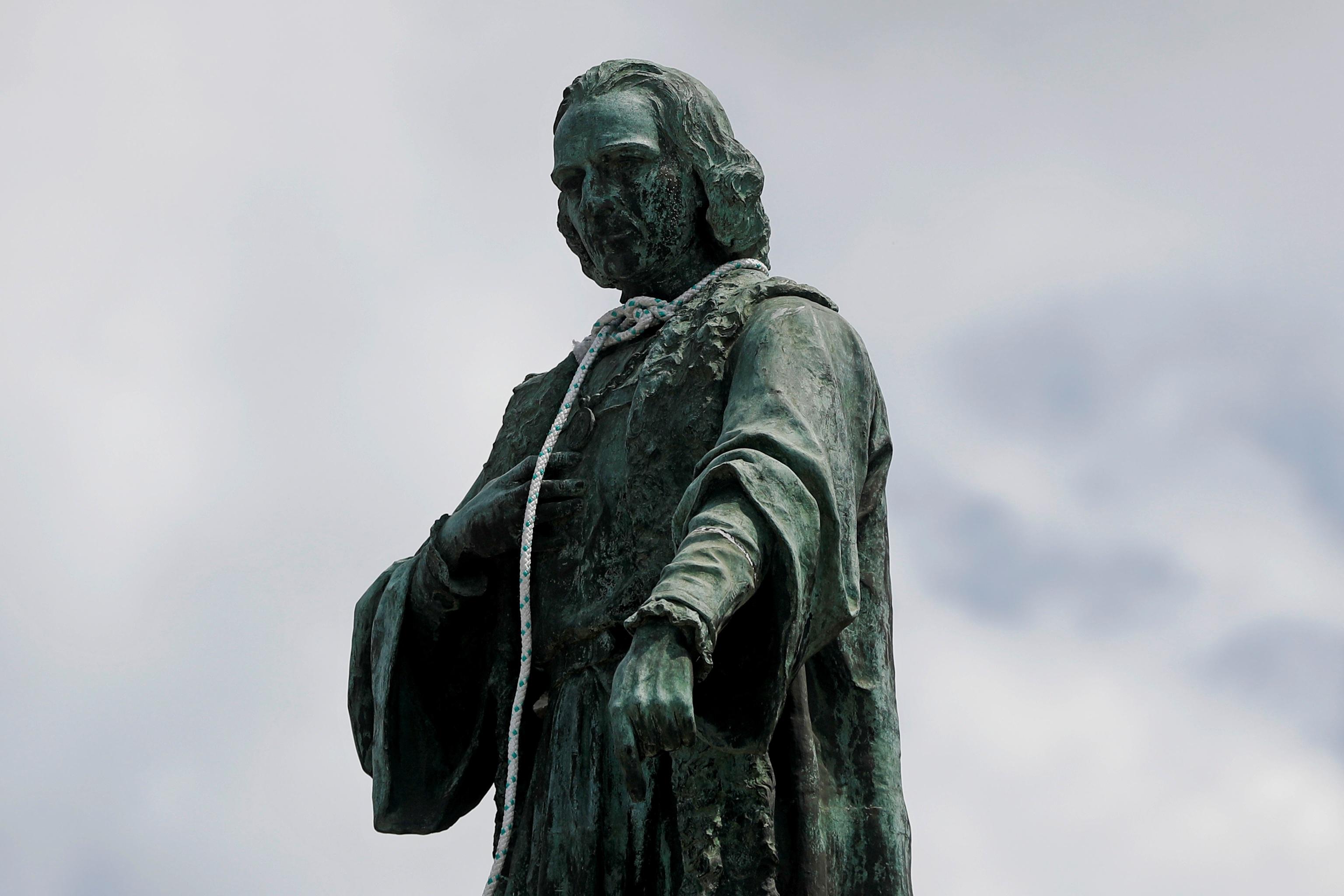 Estatua de Colón en Ciudad de Guatemala con una soga al cuello.