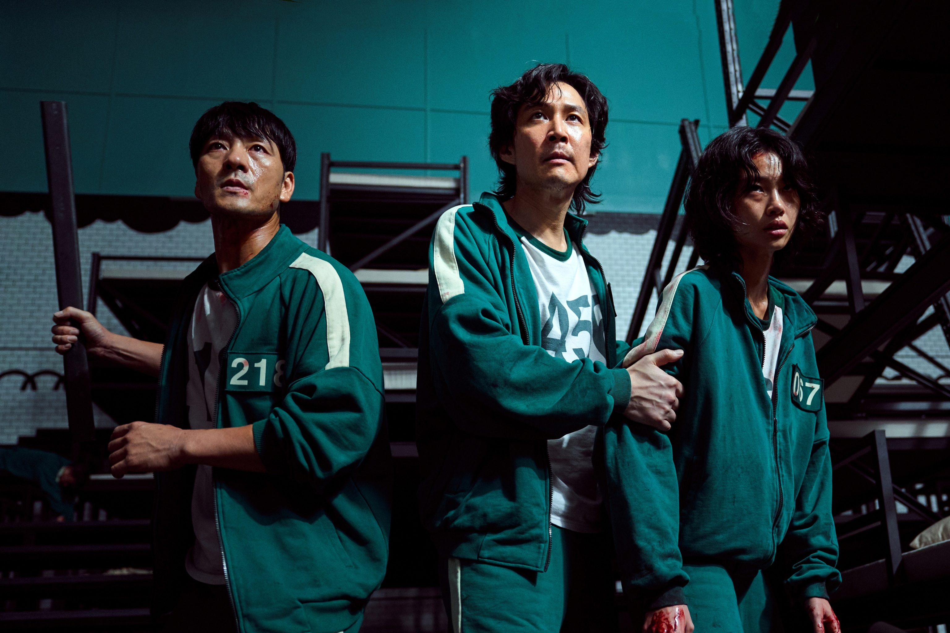 Los actores Park Hae Soo (i) como Cho Sang-Woo, Lee Jung-jae (c) como Seong Gi-Hun y Jung Ho-yeon como Sae-Byeok, durante la escena de un episodio de 'El juego del calamar'.