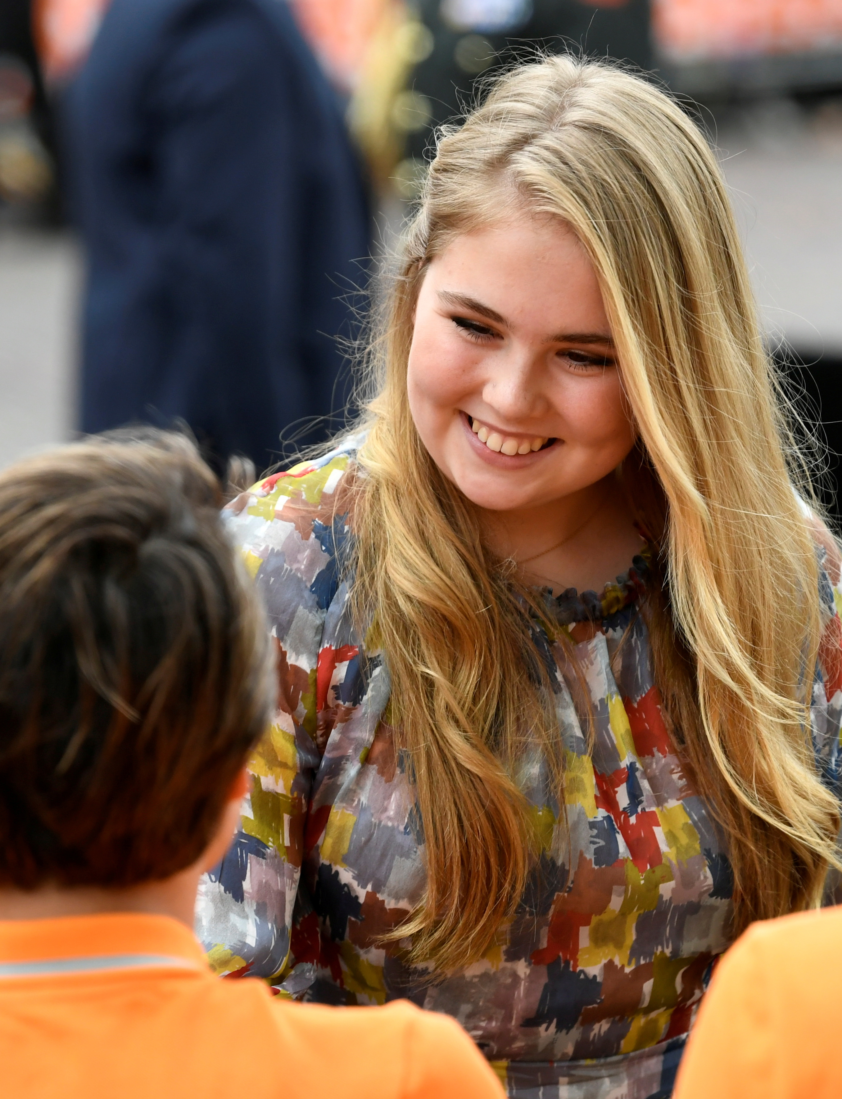 La princesa Catharina-Amalia de Países Bajos saluda a la gente durante el Día del Rey en Amersfoort, Países Bajos.