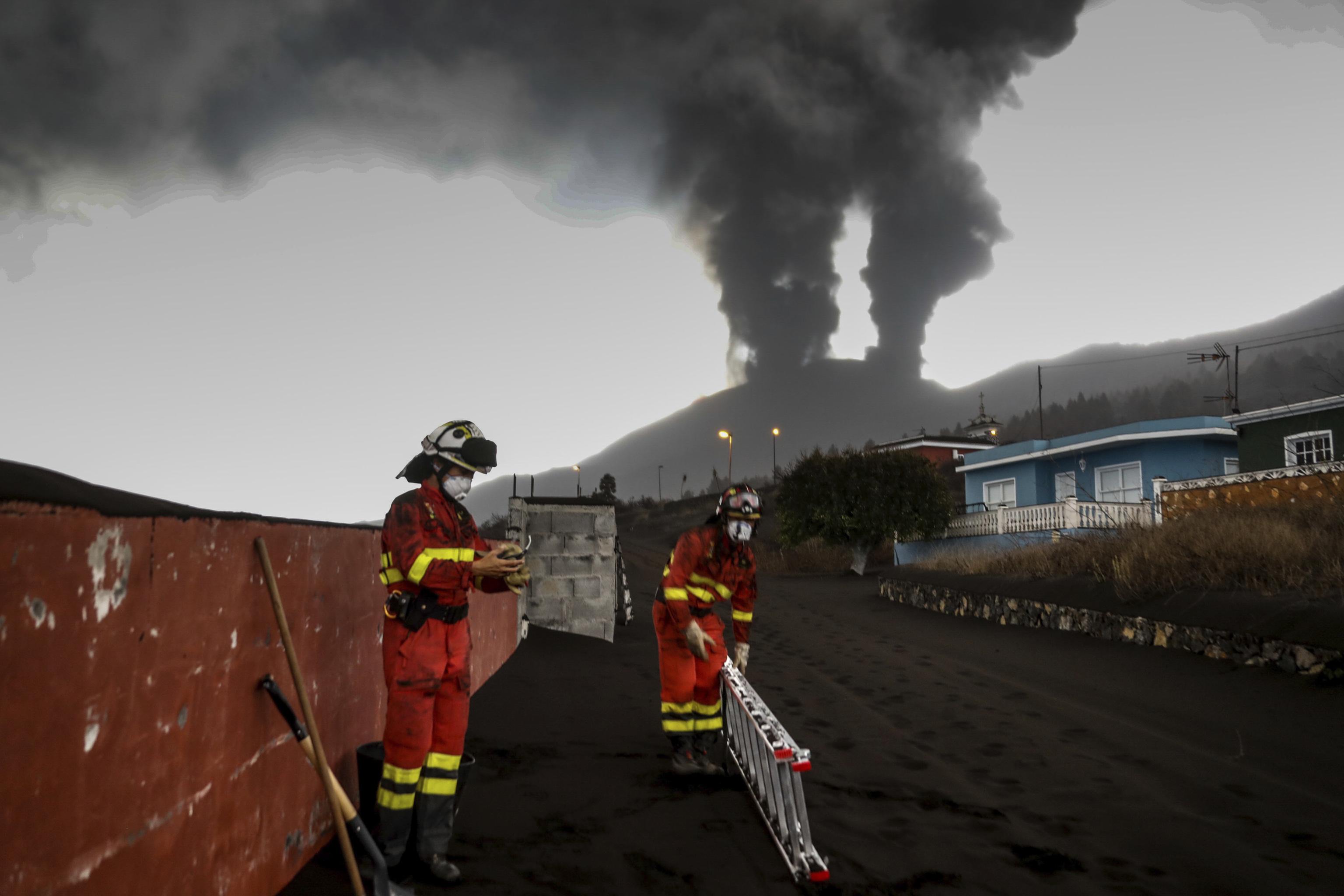 Erupción del Volcán Cumbre Vieja en La Palma. Equipos de la UME colaboran, junto al resto de servicios de emergencia, en La Palma en la retirada de ceniza de las viviendas en la zona de Las Manchas