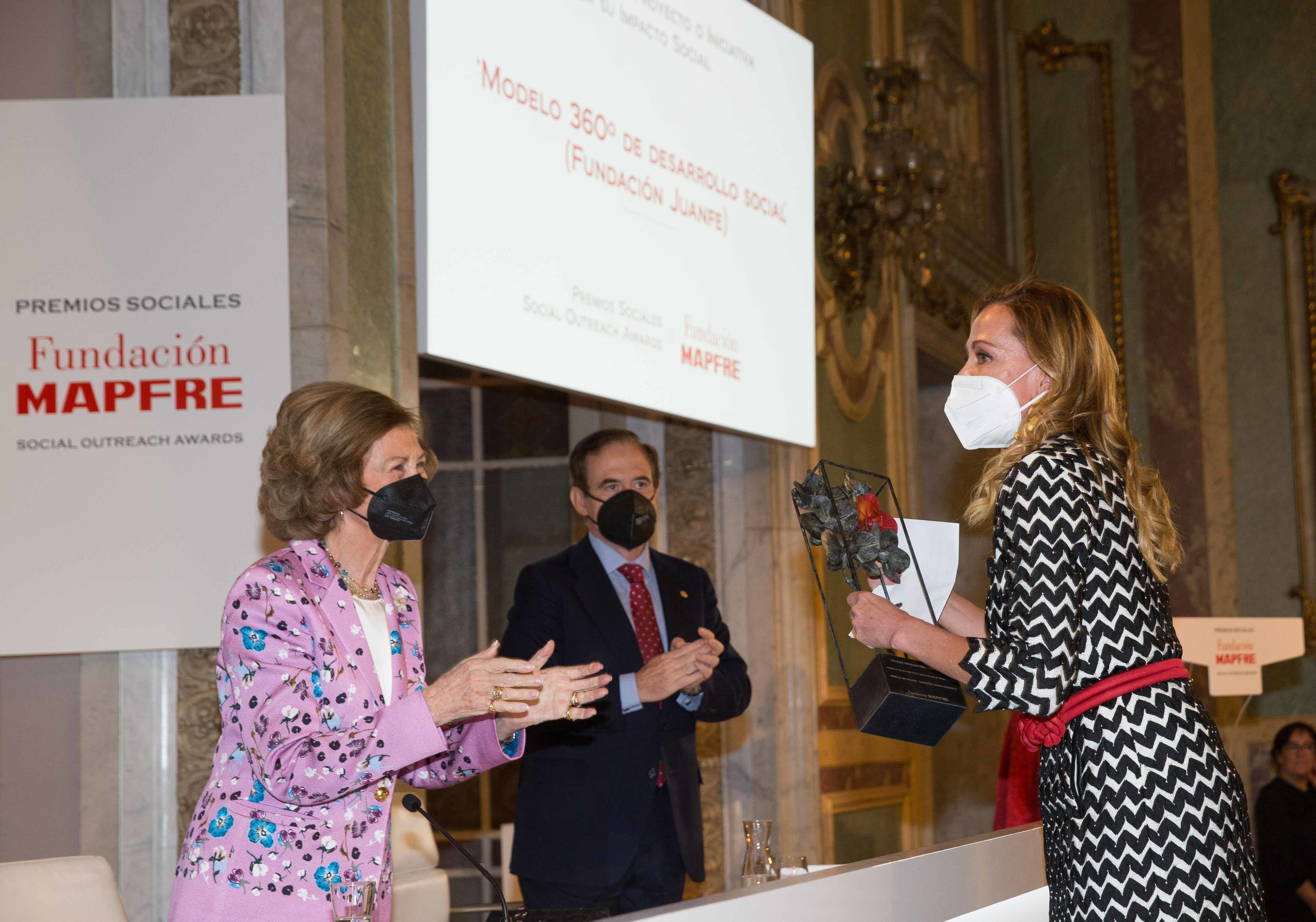 Catalina Escobar recibe el premio de la  Fundación Mapfre de manos de la Reina Sofía.