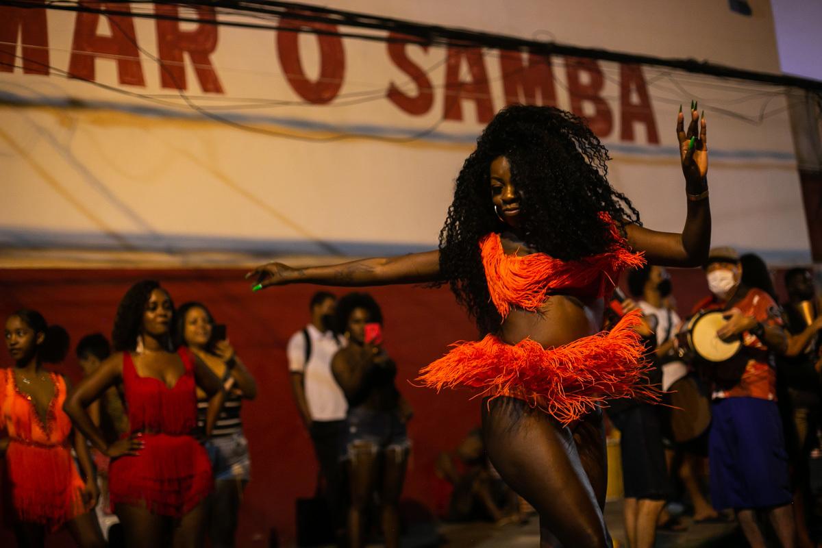 Ensayo de una escuela de samba en R
