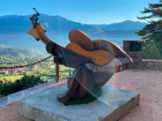 Escultura dedicada a Pau Donés en Montanuy (Huesca).