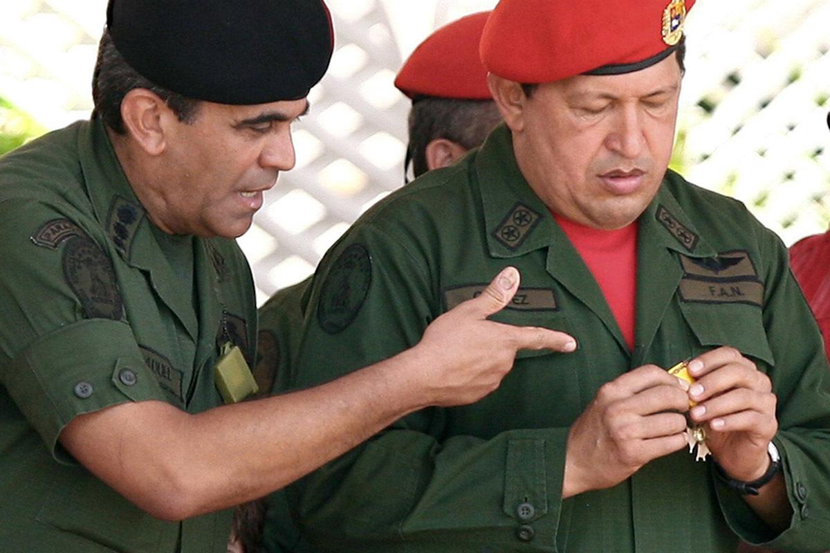 Raúl Isaías Baduel, entonces ministro de Defensa, junto a Hugo Chávez, en 2007.