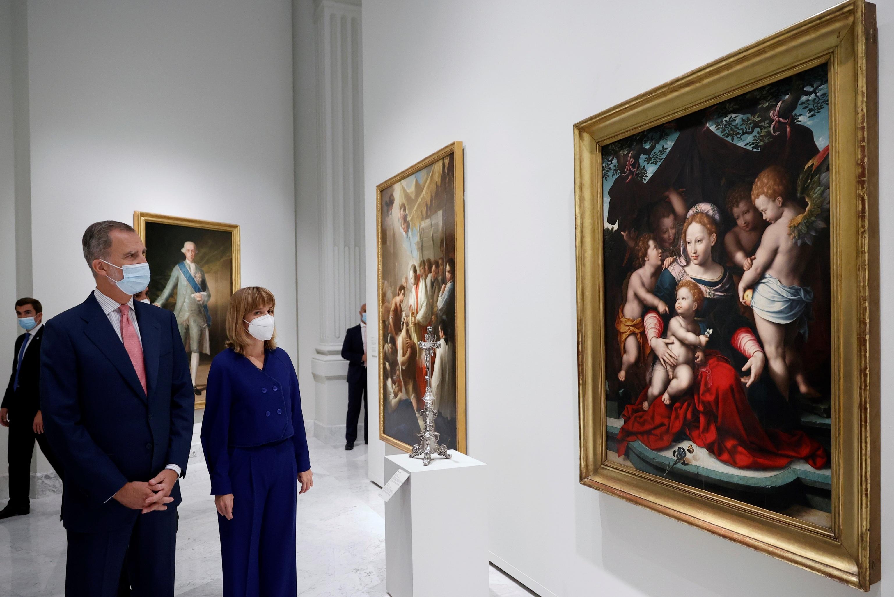 Felipe VI y Pilar Alegría observan la obra Virgen del Lirio (1560).