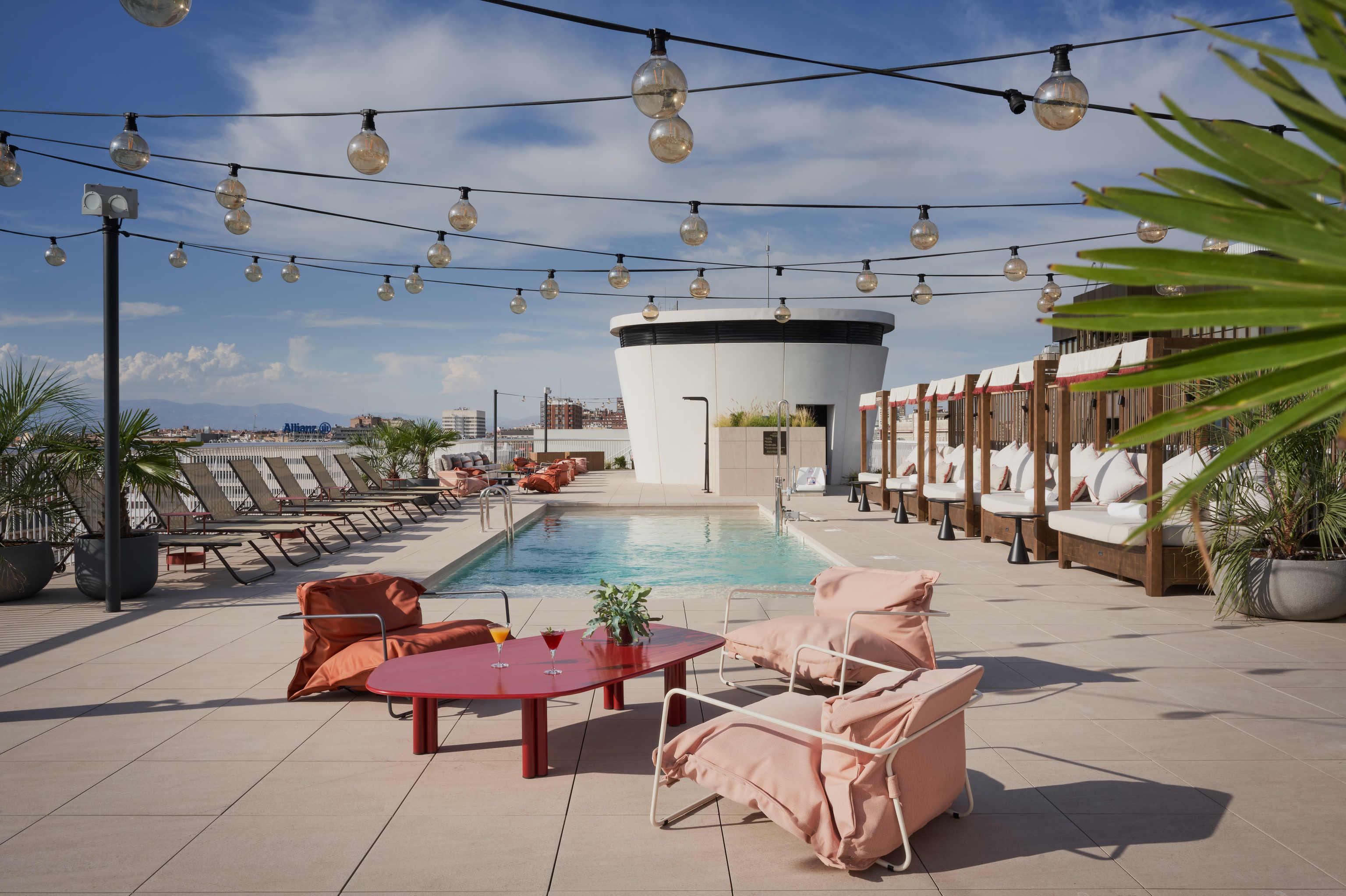 La piscina es de uso exclusivo de los huéspedes y mira al 'business center'.