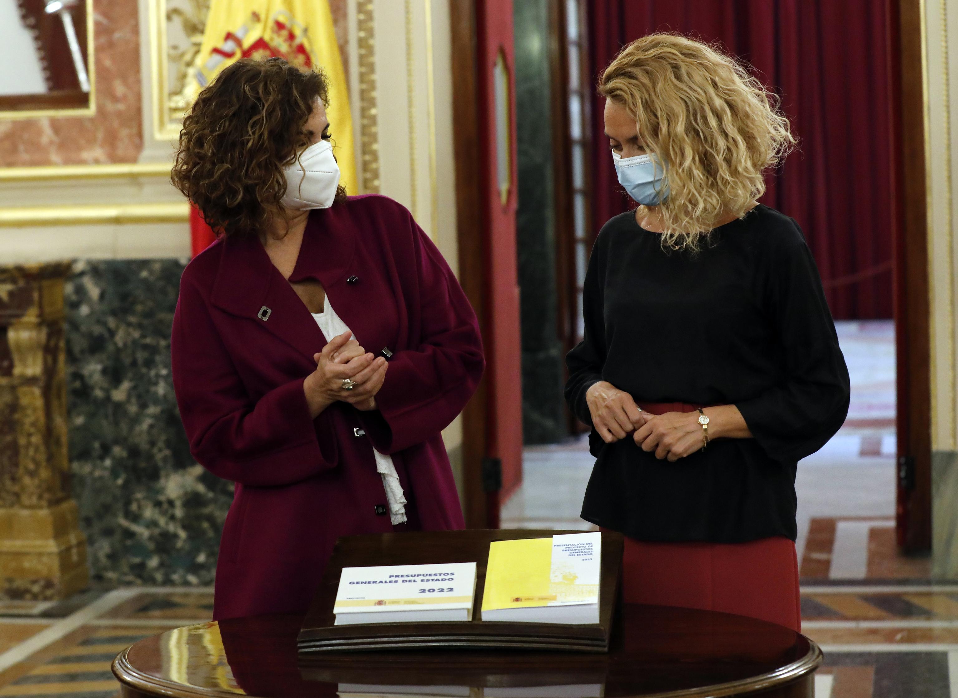 La ministra de Hacienda, María Jesús Montero, y la presiedenta del Congreso, Meritxell Batet, este martes en el Congreso