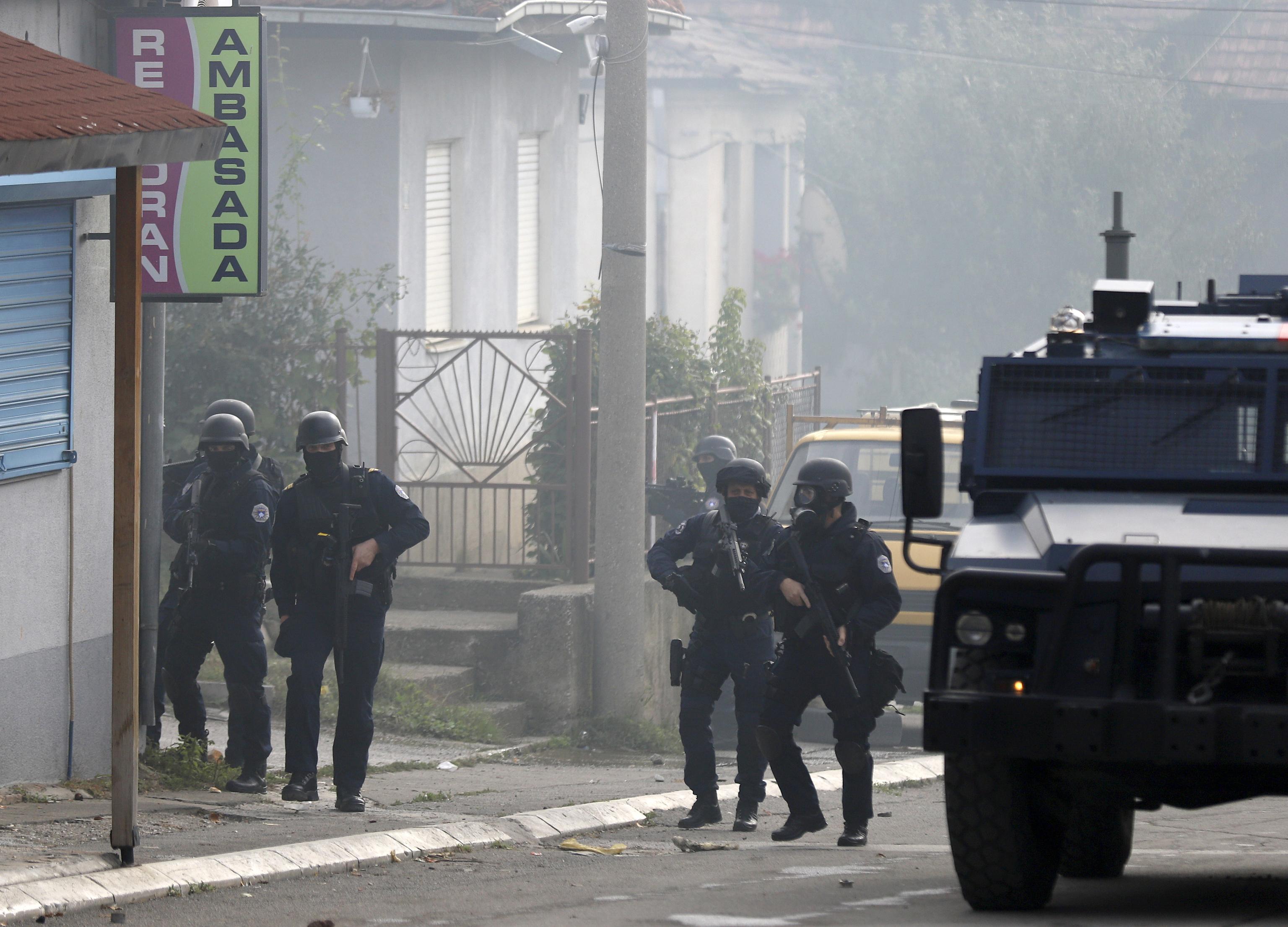 Policía kosovar desplegada en la ciudad de Mitrovica.
