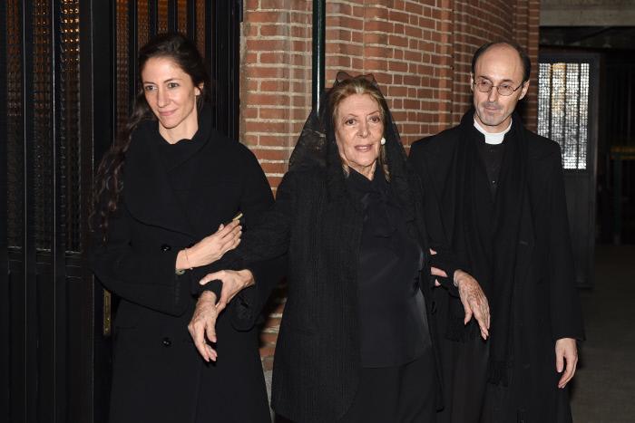 Claudia y su madre, Pitita Ridruejo, en el funeral por su padre.