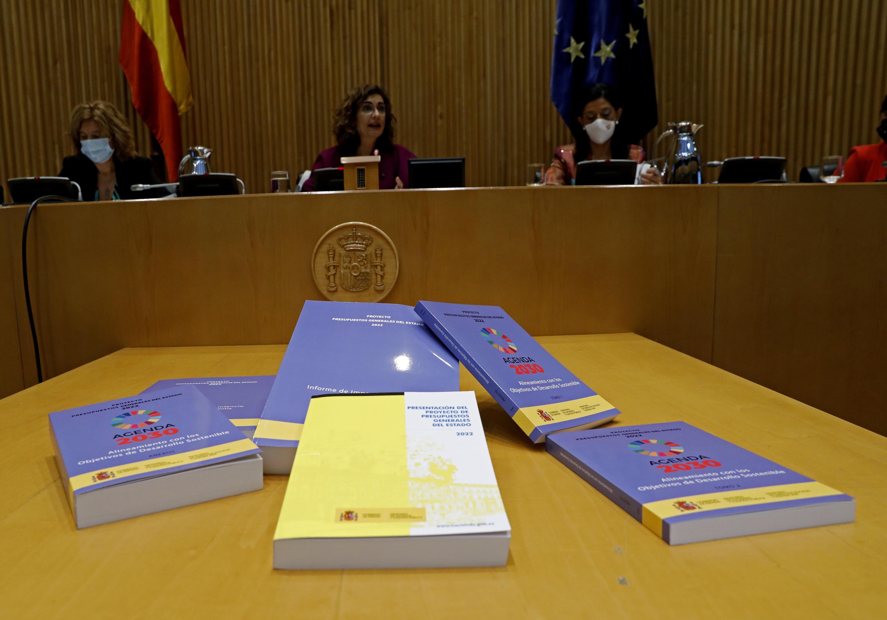 La Ministra de Hacienda, María Jesús Montero, tras la entrega a la Presidenta del congreso Meritxell Batet el proyecto de ley dePresupuestos del Estado para 2022.