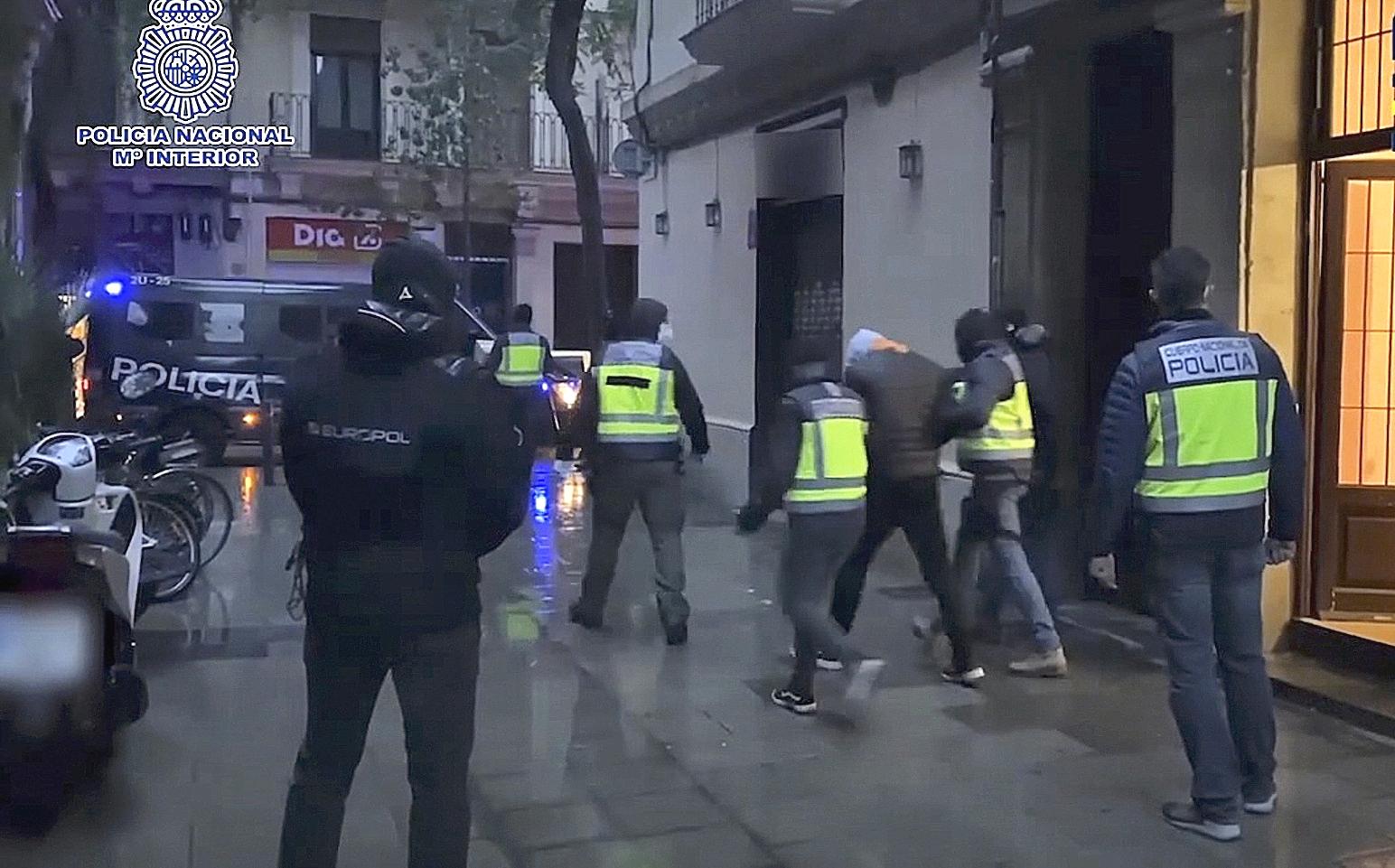Agentes de la Policía Nacional detienen a un presunto yihadista el pasado mes de enero.