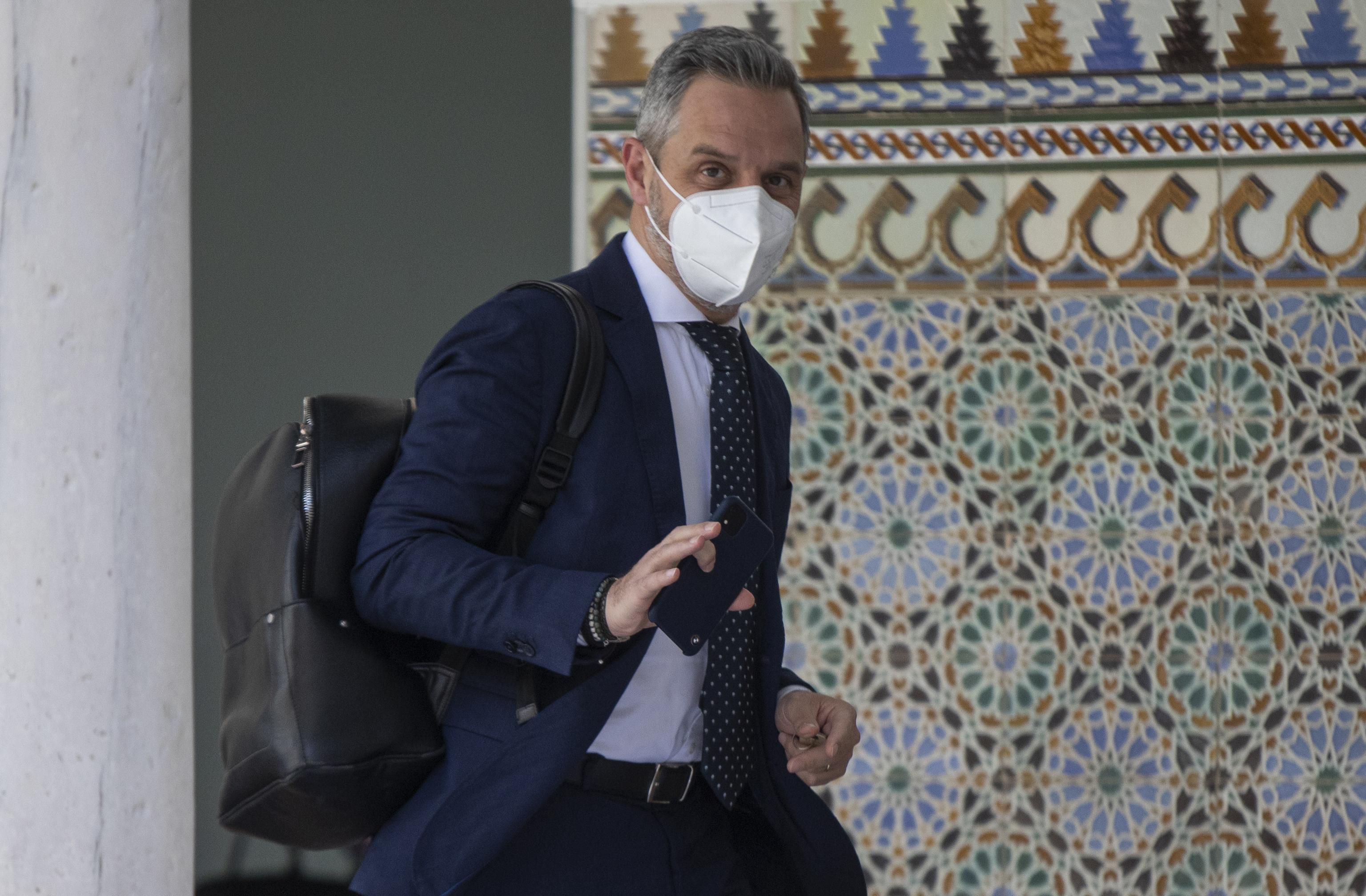 El consejero de Hacienda y Financiación Europea, Juan Bravo, en los pasillos del Parlamento.
