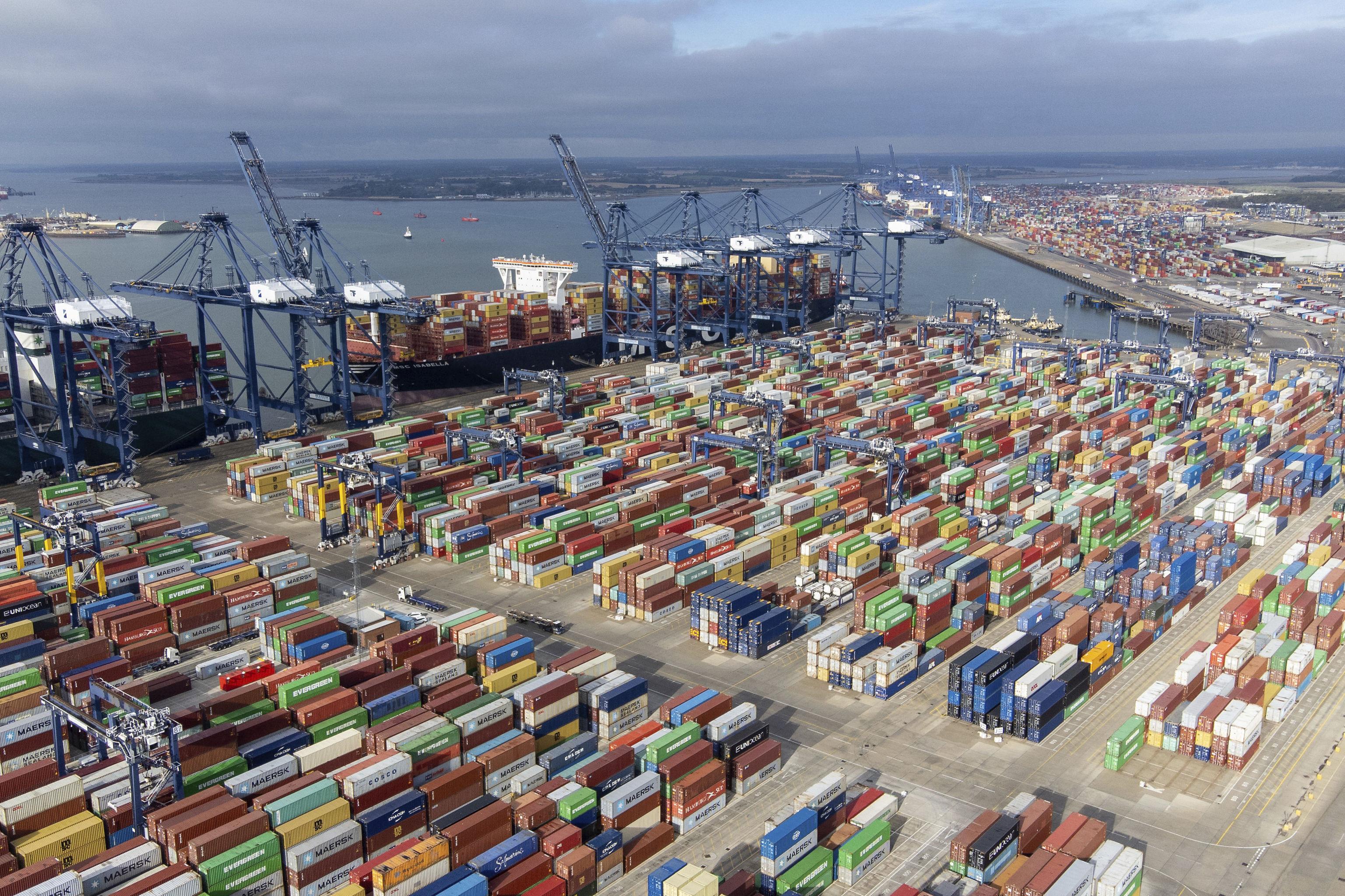 Miles de contenedores en el puerto de Felixstowe.