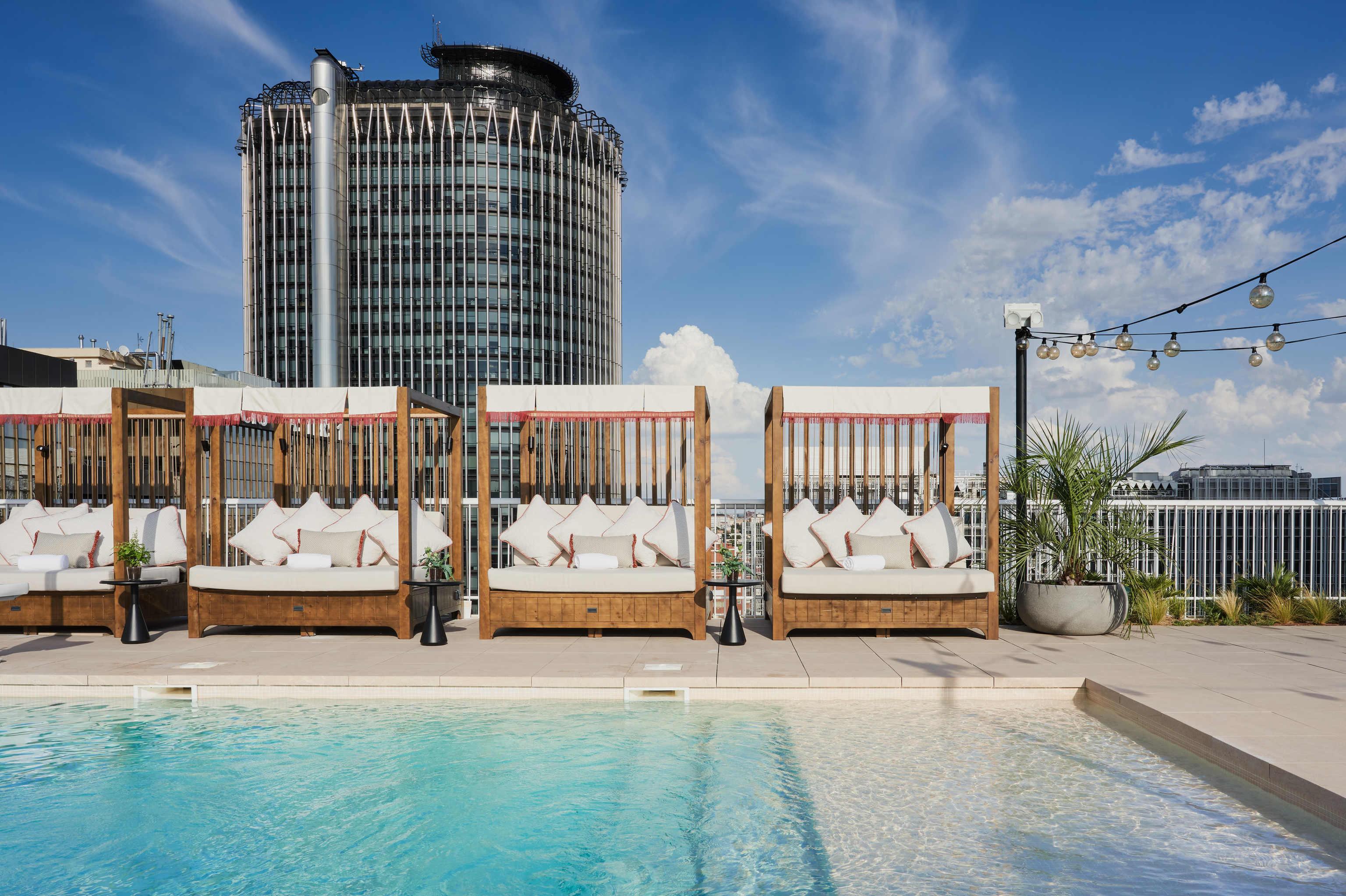 El distrito financiero acoge un hotel cosmopolita y abierto a los madileños.