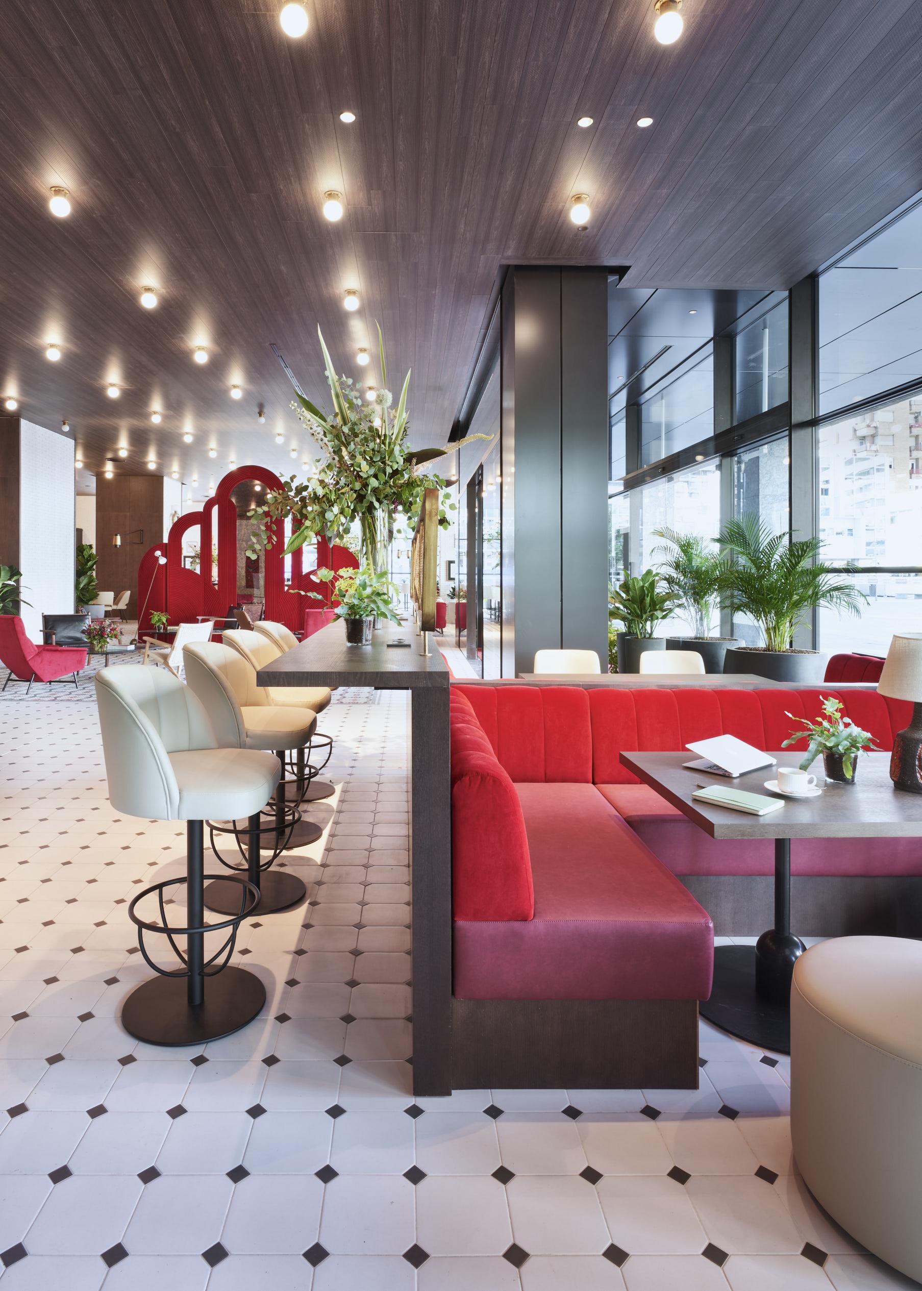 El color rojo tiñe el hotel, recreando un ambiente personal y lleno de carácter.
