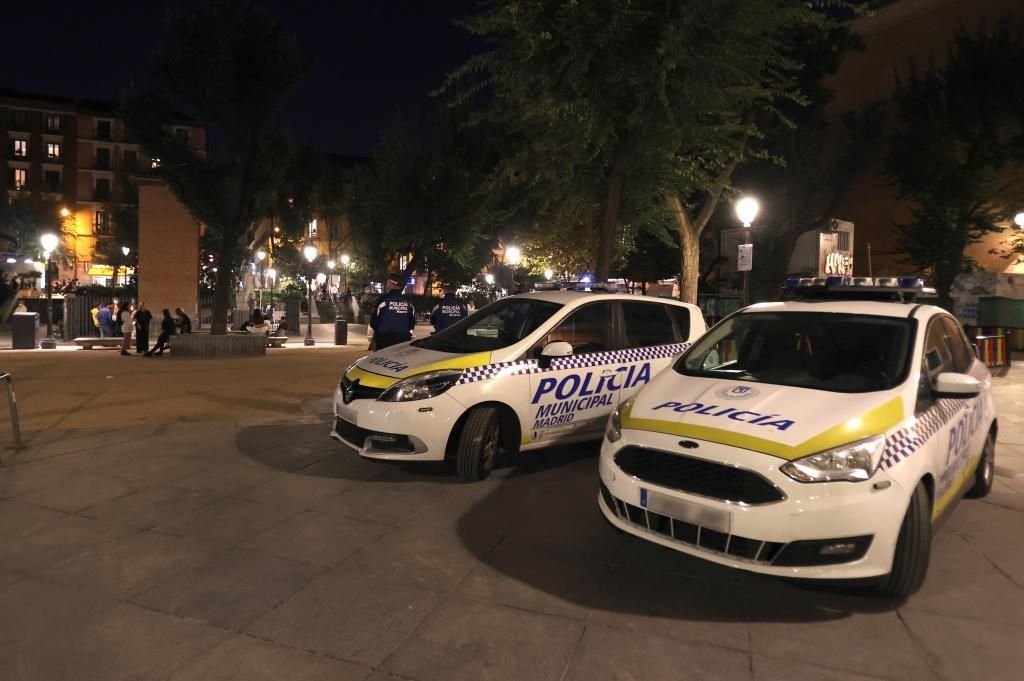 Dos coches de la Policía Municipal el pasado fin de semana en Madrid