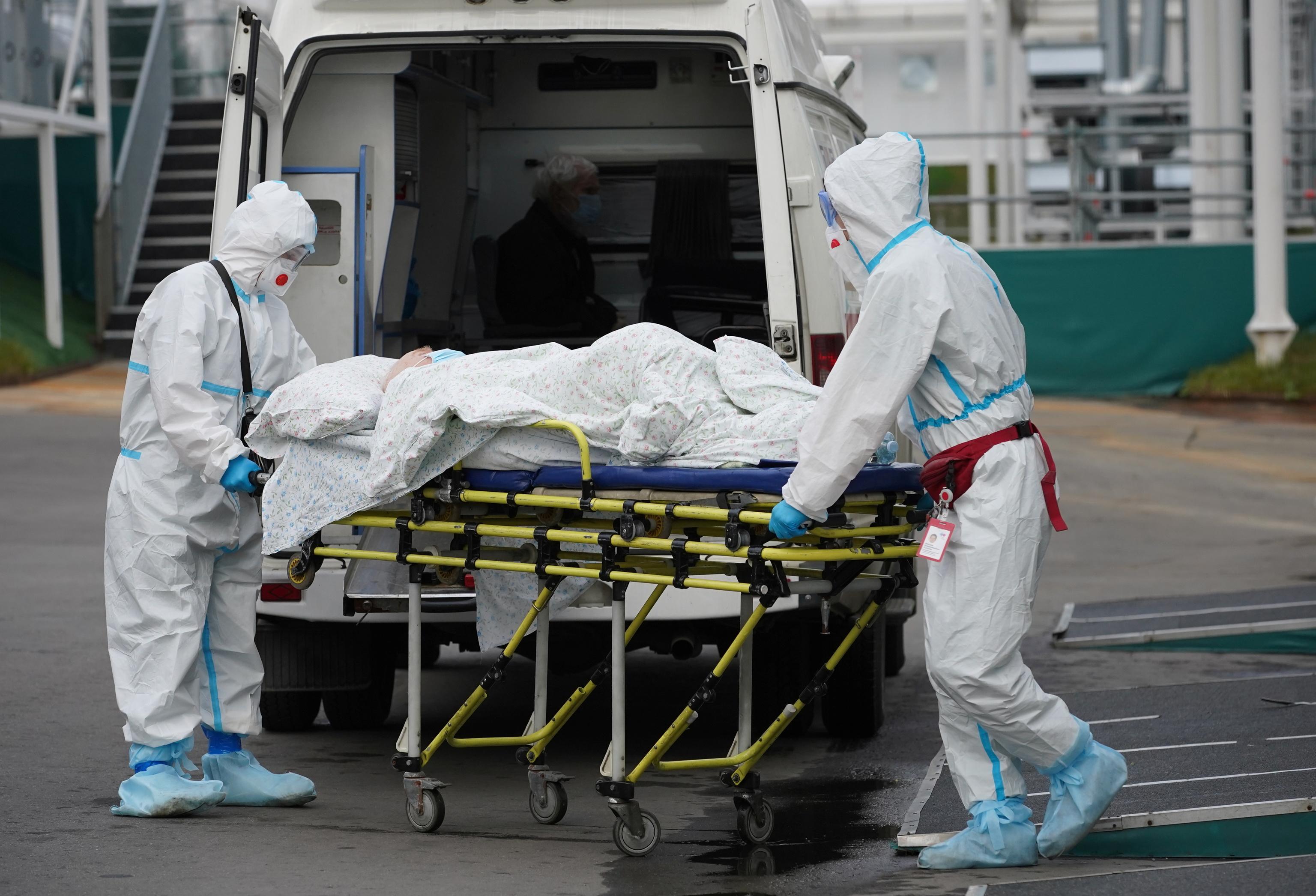 Médicos transportan a un paciente ingresado por Covid-19.