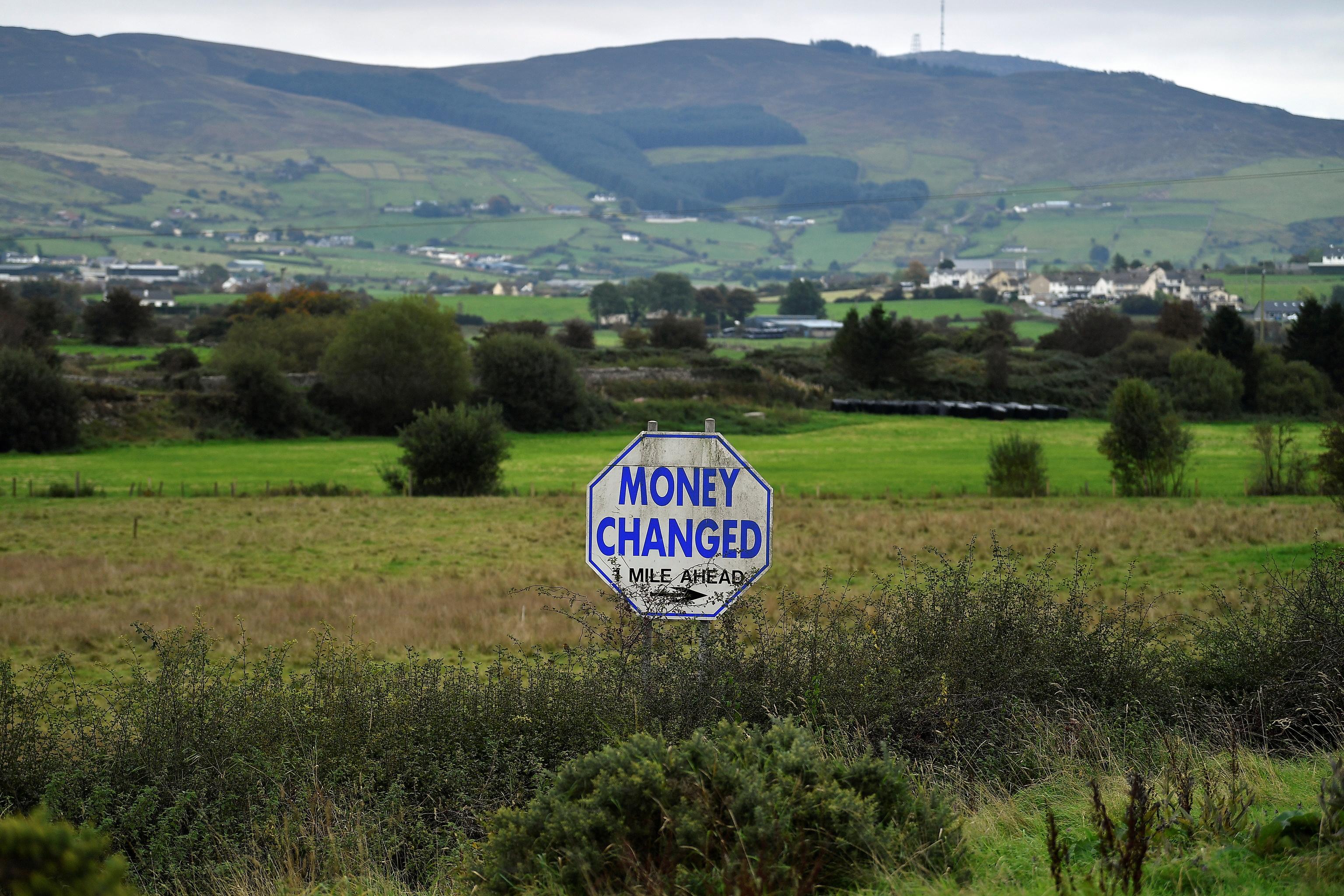 Una señal de 'cambio de moneda' en la frontera irlandesa.