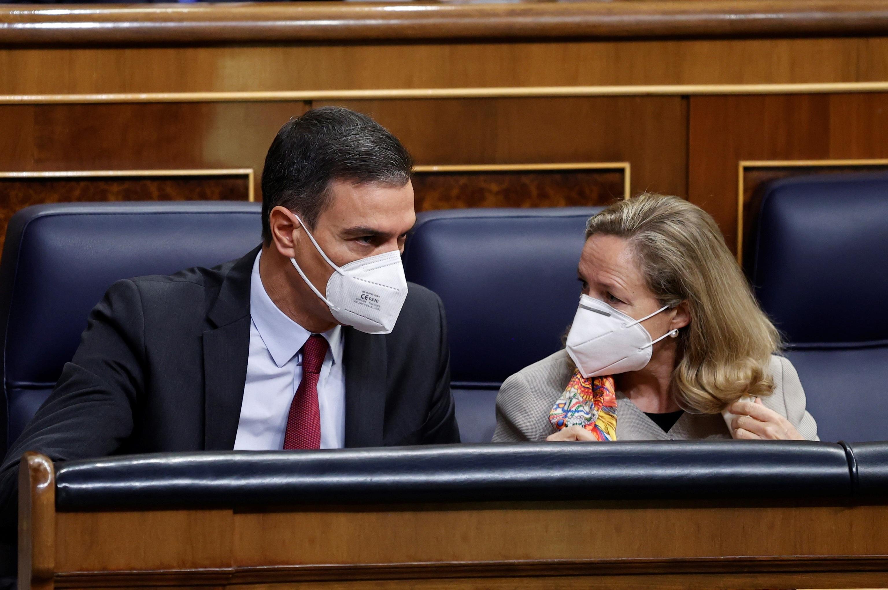 Pedro Sánchez conversa con Nadia Calviño, durante la sesión de control al Gobierno.
