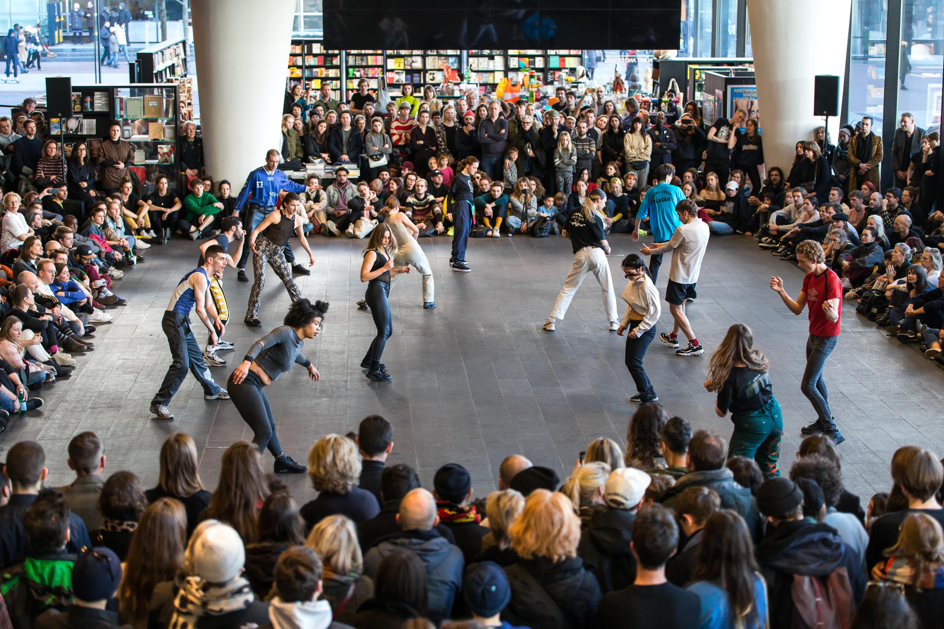 'Performance' del artista Michele Rizzo, que explora el poder catártico del techno.