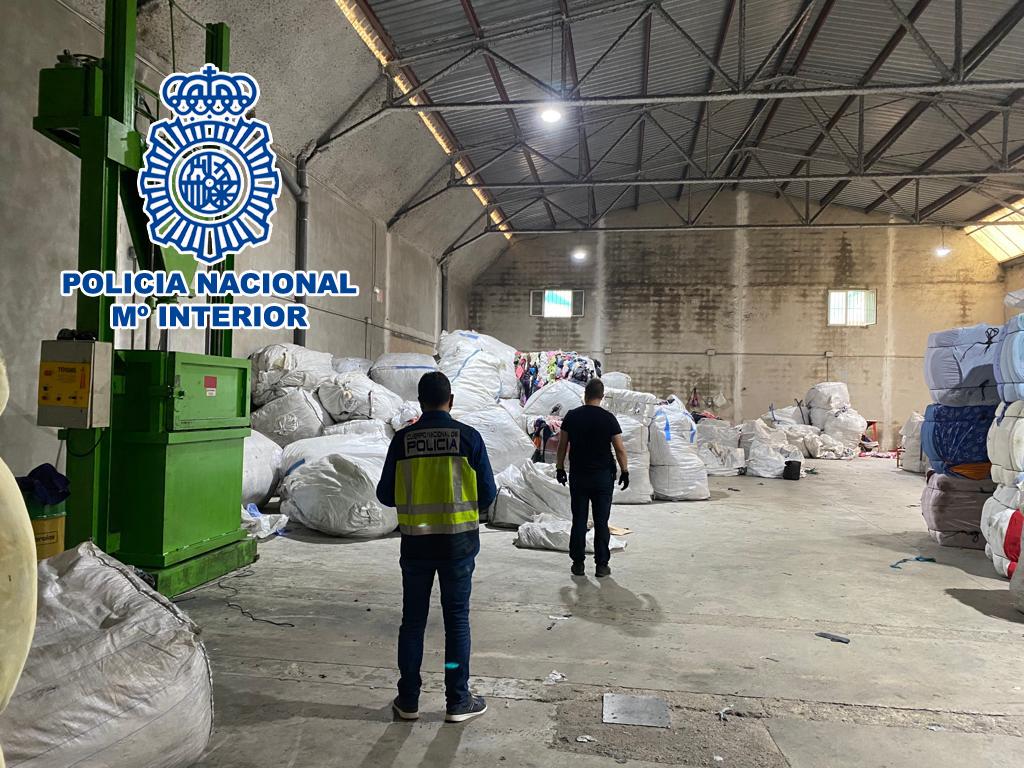 Registro policial en una de las naves del empresario en Cocentaina.