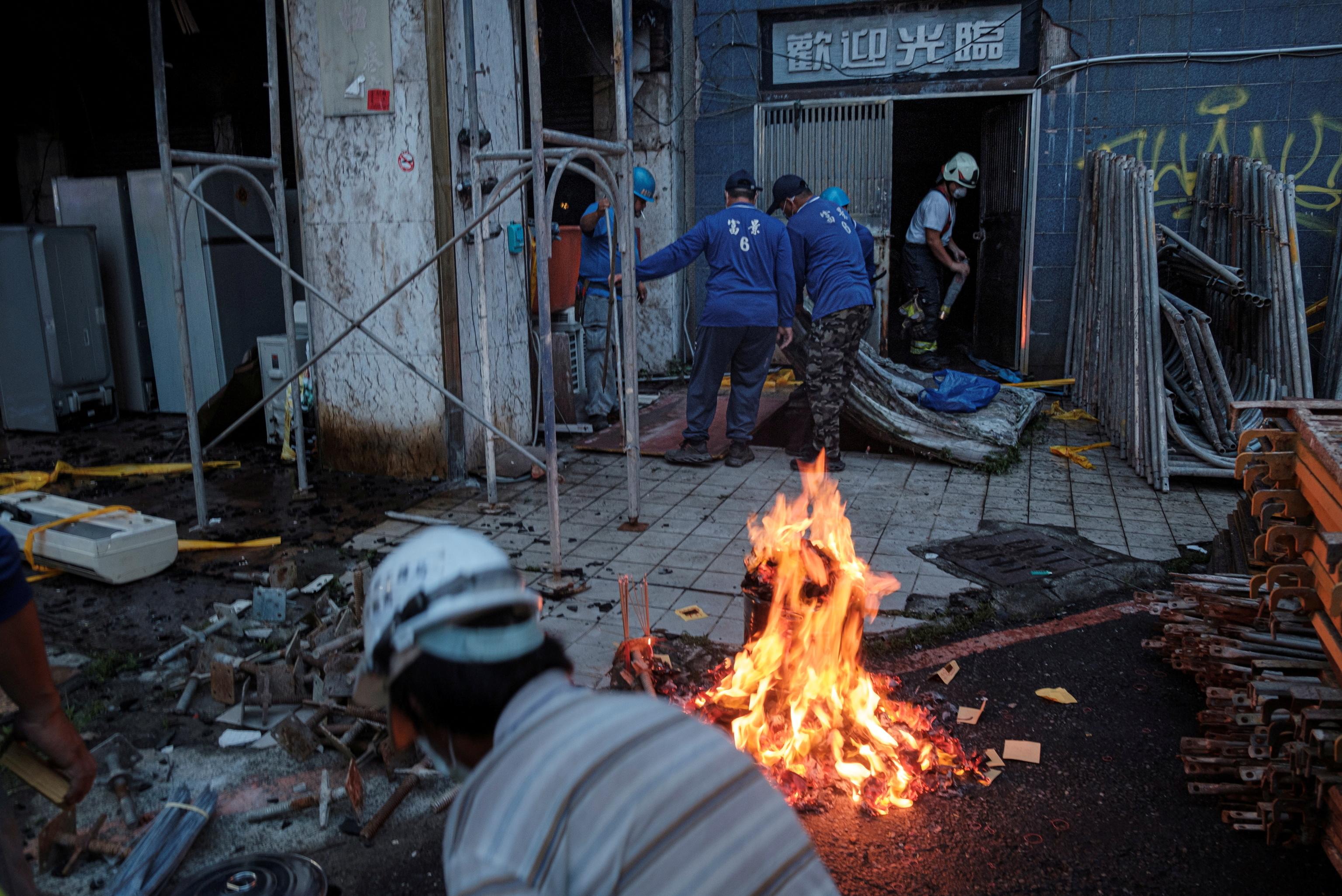 Equipos de rescate en el edificio incendiado de Kaohsiung.
