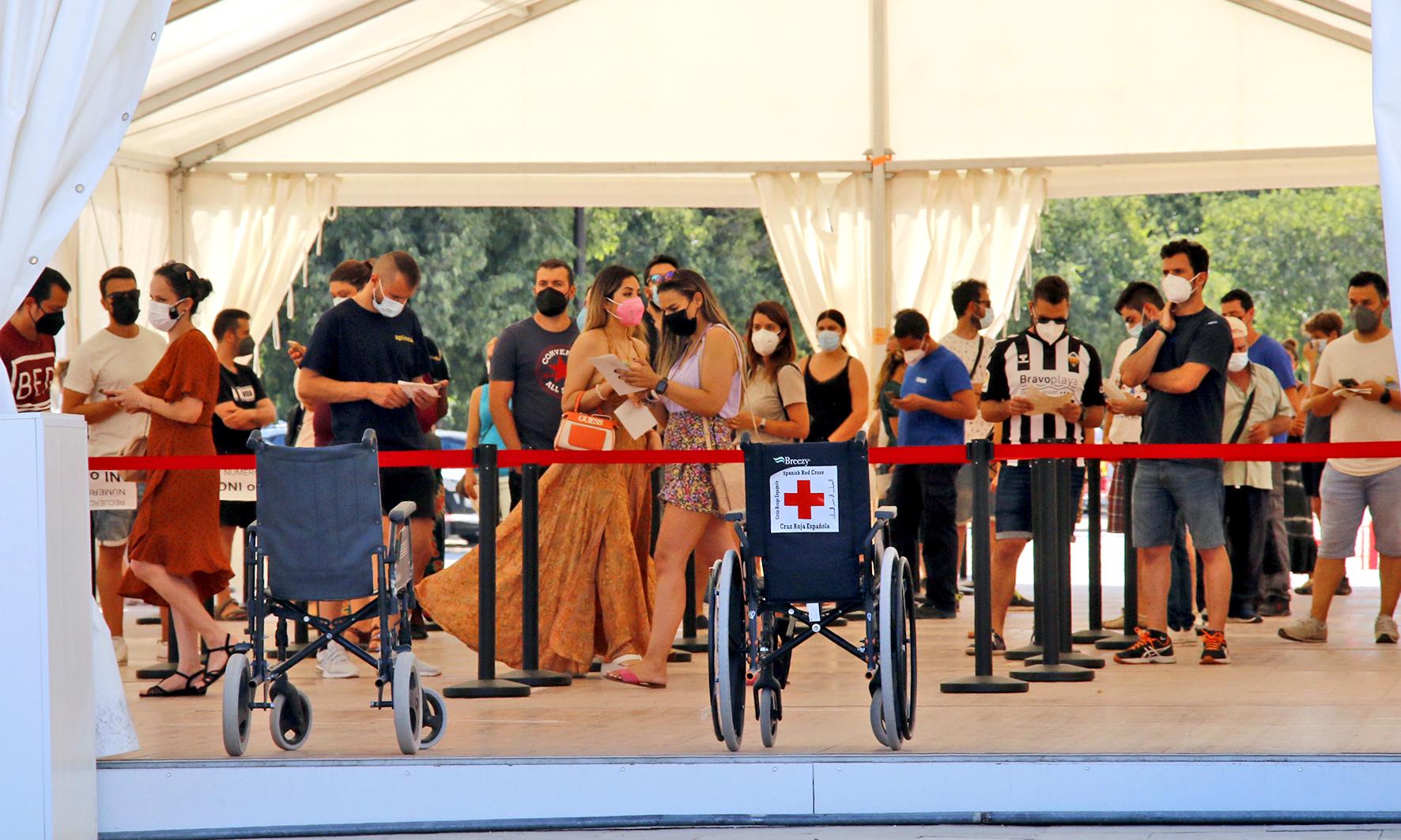 Personas esperan su turno para recibir la vacuna contra la Covid-19 en Castellón.