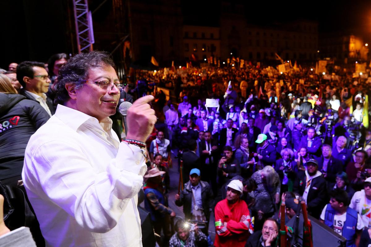 Gustavo Petro, en plena campaña electoral en Bogotá.