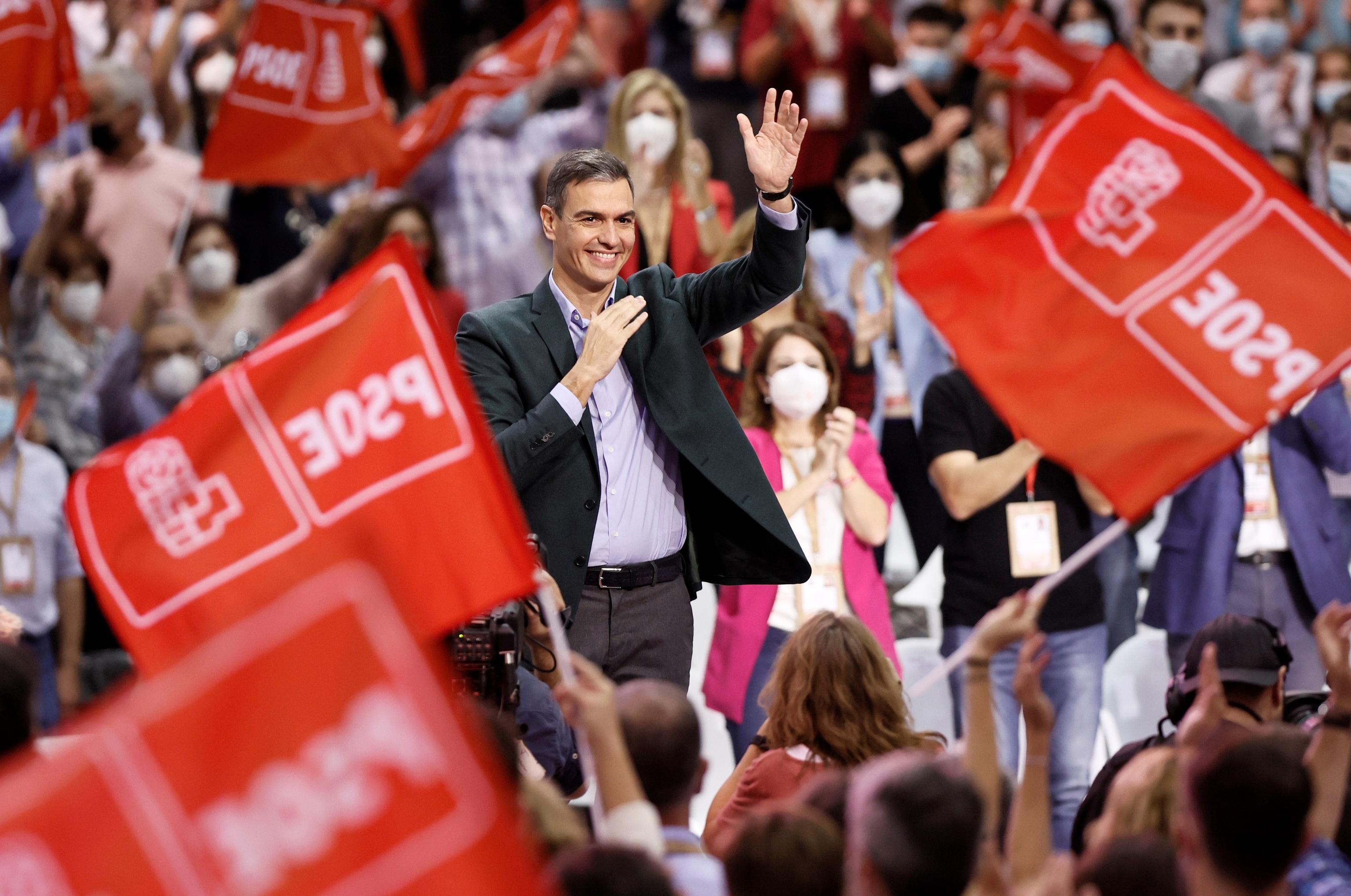 El presidente del Gobierno y Secretario General del PSOE, Pedro Sánchez, saludando en el 40 Congreso Federal del partido en Valencia.